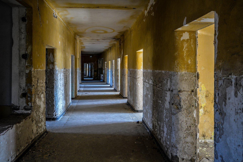 dark yellow hallway nazi soviet military base abandoned urbex urban exploring loewen adler kaserne elstal wustermark roter stern kaserne germany lost places