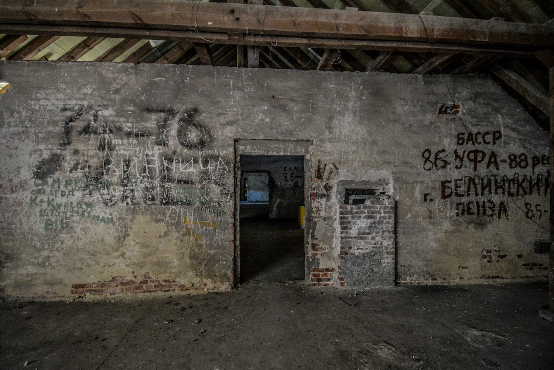doorway soviet russian graffiti nazi soviet military base abandoned urbex urban exploring loewen adler kaserne elstal wustermark roter stern kaserne germany lost places