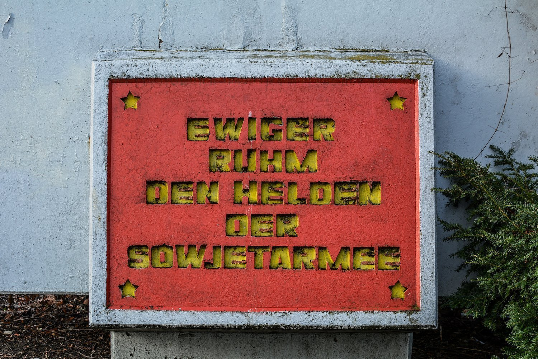 german text sowjetisches ehrenmal hohenschönhausen berlin soviet war memorial germany