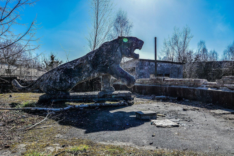 loewen statue lion statue nazi soviet military base abandoned urbex urban exploring loewen adler kaserne elstal wustermark roter stern kaserne germany lost places