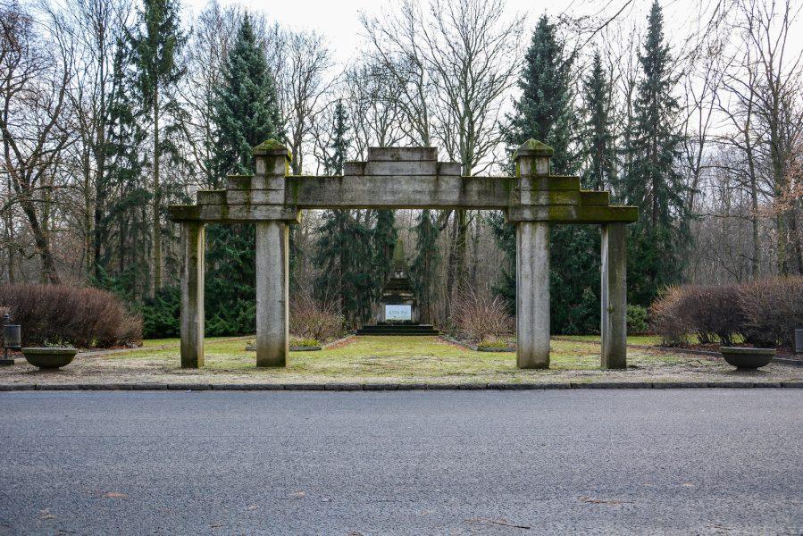 main gate sowjetisches ehrenmal herzbergstr soviet war memorial berlin