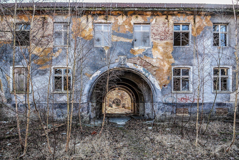 military barracks entrance arch nazi soviet military base abandoned urbex urban exploring loewen adler kaserne elstal wustermark roter stern kaserne germany lost places