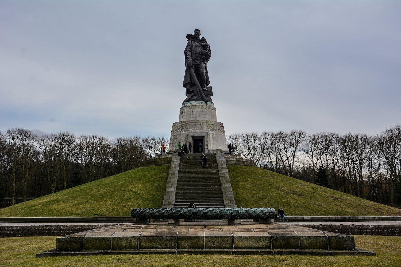 panorama view soviet liberator statue sowjetisches ehrenmal treptower park treptow soviet war memorial berlin germany
