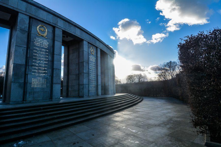 rear view soviet memorial sowjetisches ehrenmal tiergarten soviet war memorial berlin germany