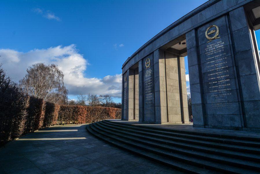 rear view sowjetisches ehrenmal tiergarten soviet war memorial berlin germany