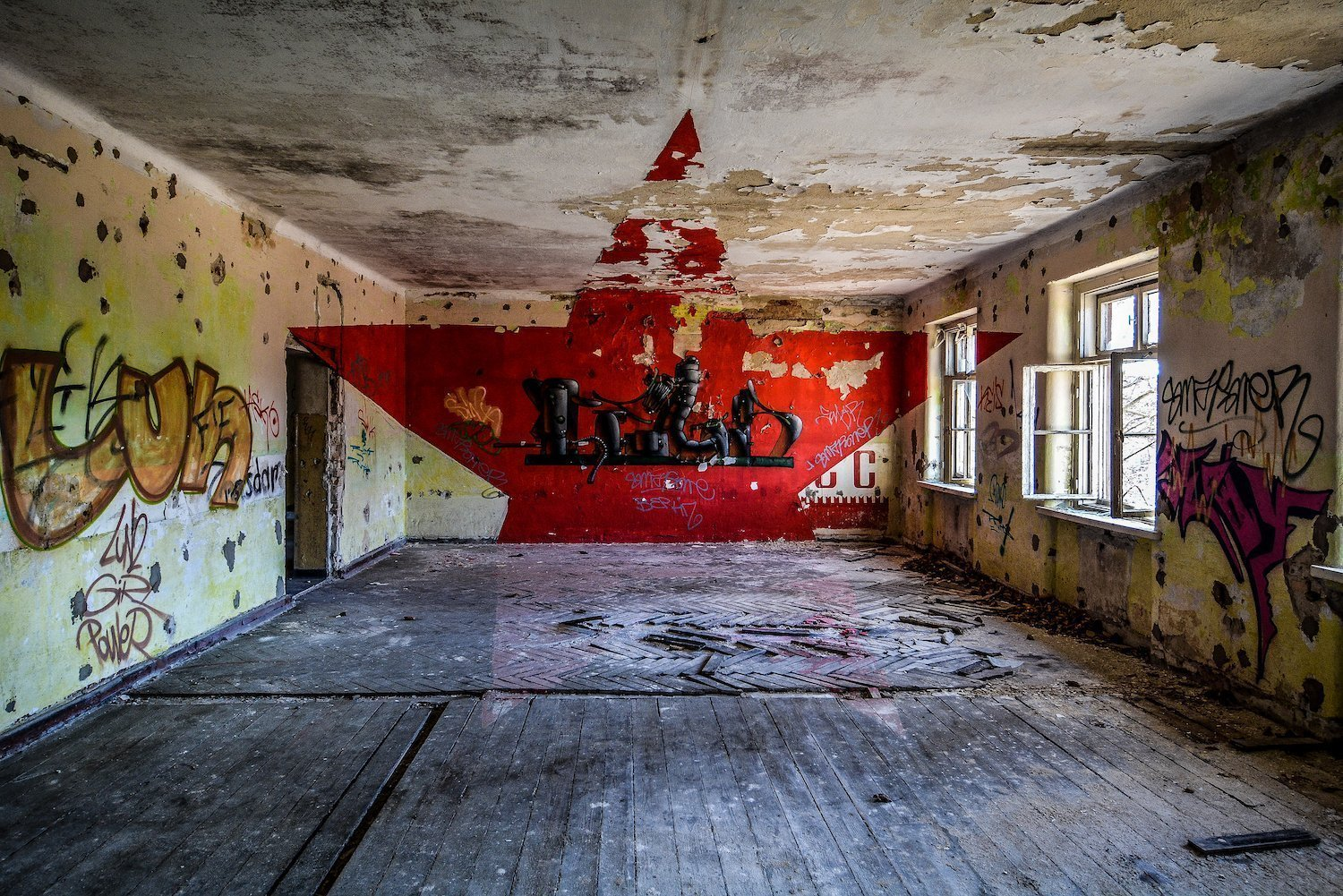 roter stern red star graffiti nazi soviet military base abandoned urbex urban exploring loewen adler kaserne elstal wustermark roter stern kaserne germany lost places