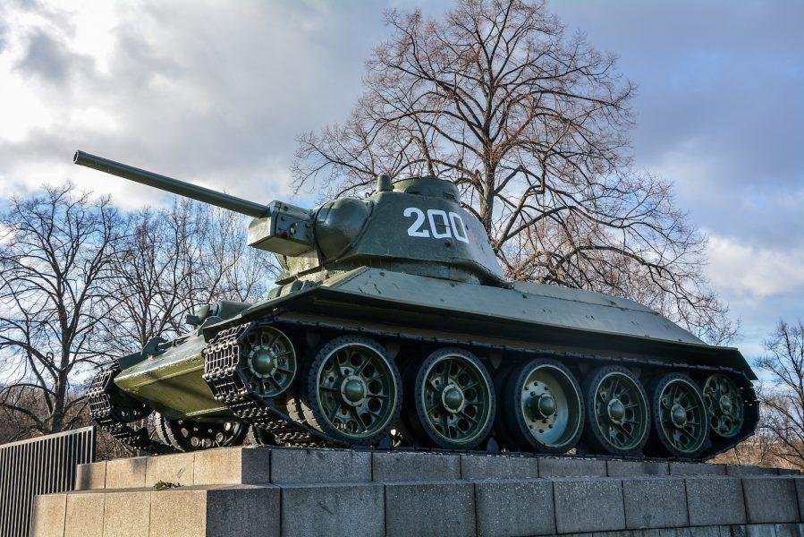 side view soviet tank sowjetisches ehrenmal tiergarten soviet war memorial berlin germany