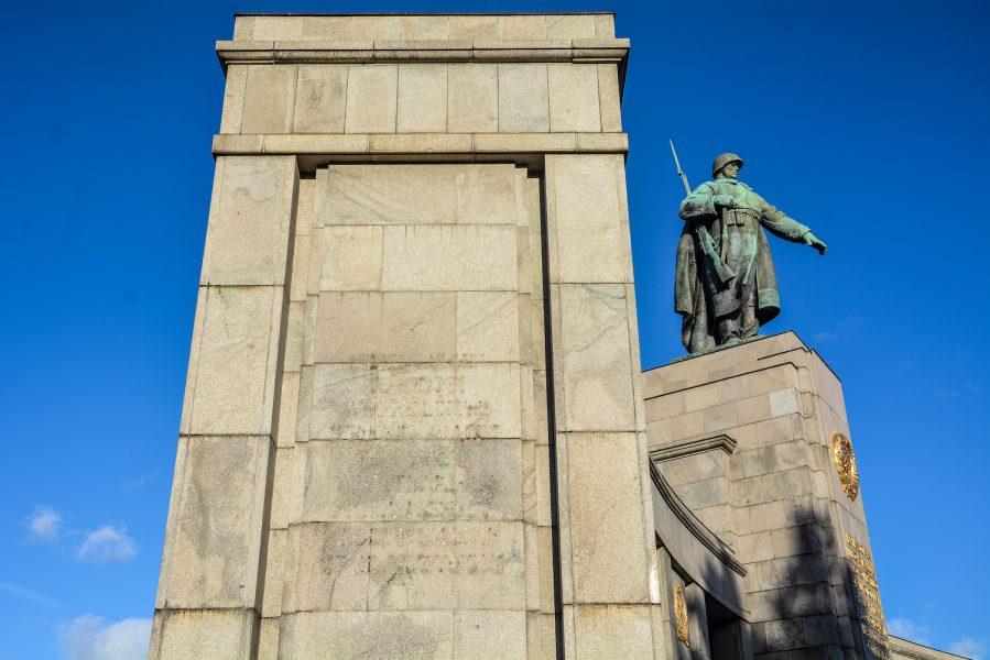 soldier statue side sowjetisches ehrenmal tiergarten soviet war memorial berlin germany