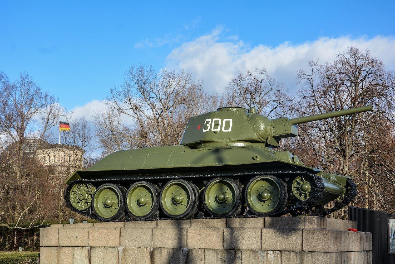 soviet tank reichstag sowjetisches ehrenmal tiergarten soviet war memorial berlin germany