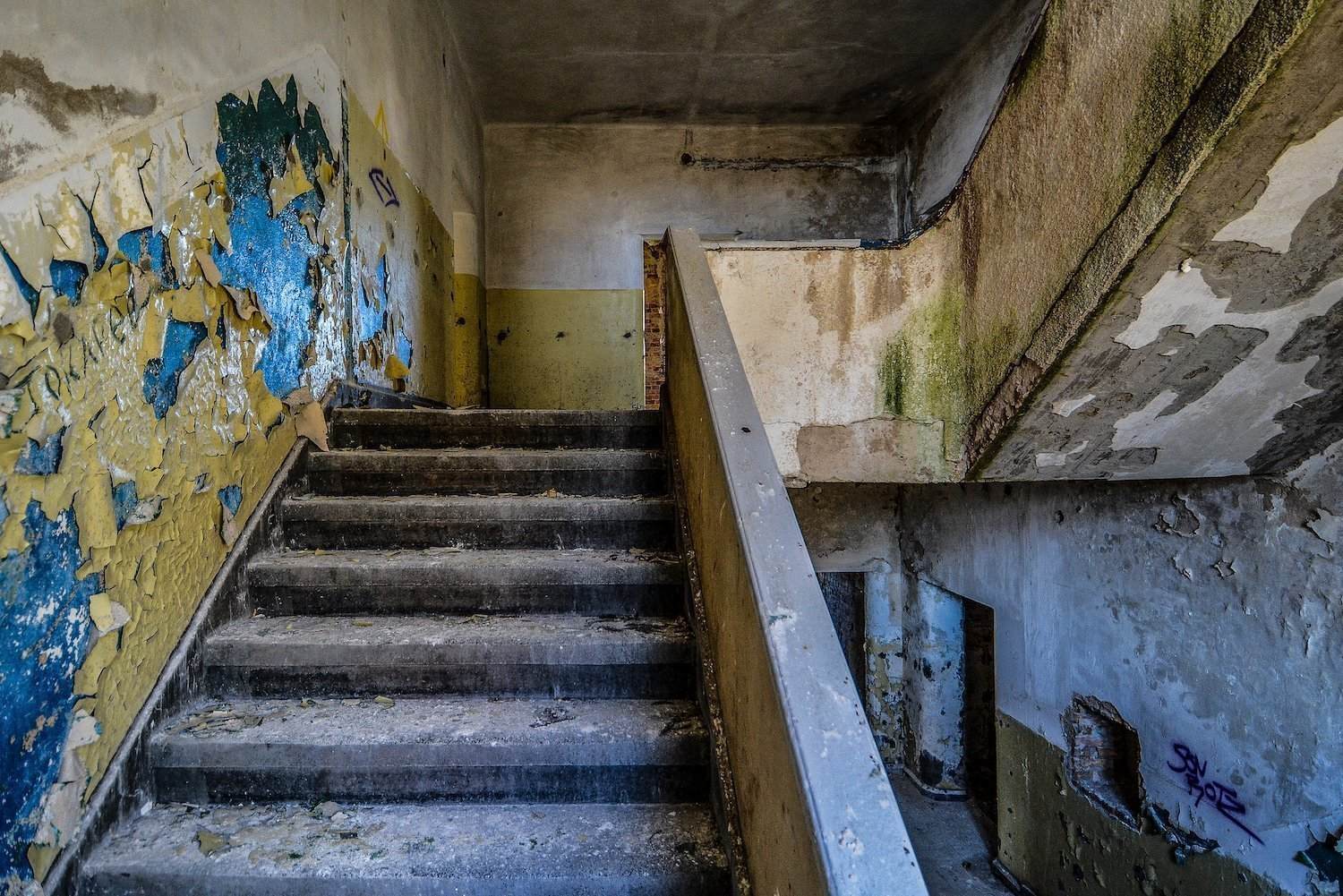 staircase treppe blue yellow paint nazi soviet military base abandoned urbex urban exploring loewen adler kaserne elstal wustermark roter stern kaserne germany lost places