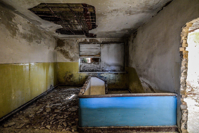 staircase treppen blue nazi soviet military base abandoned urbex urban exploring loewen adler kaserne elstal wustermark roter stern kaserne germany lost places