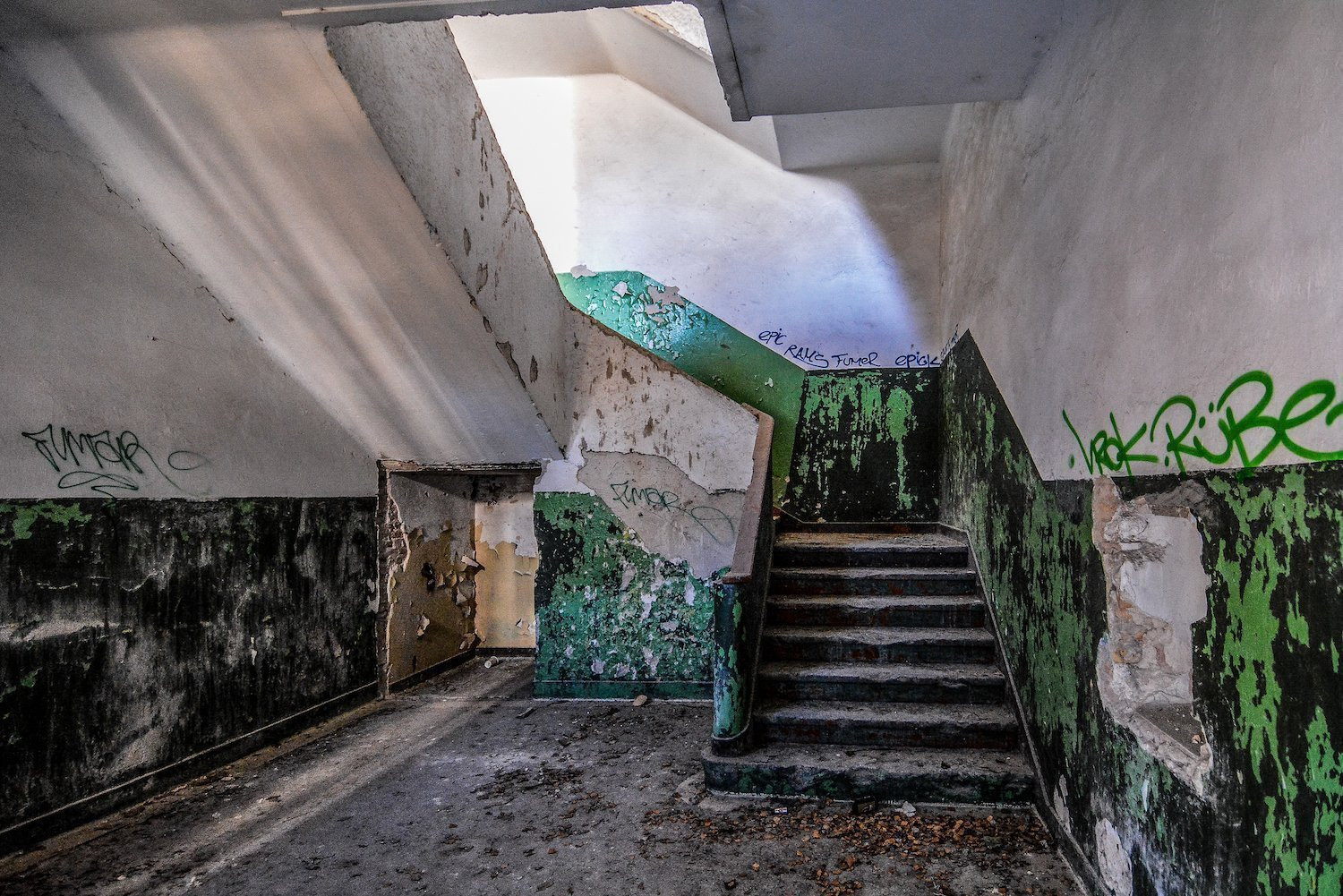 staircase treppen graffiti nazi soviet military base abandoned urbex urban exploring loewen adler kaserne elstal wustermark roter stern kaserne germany lost places