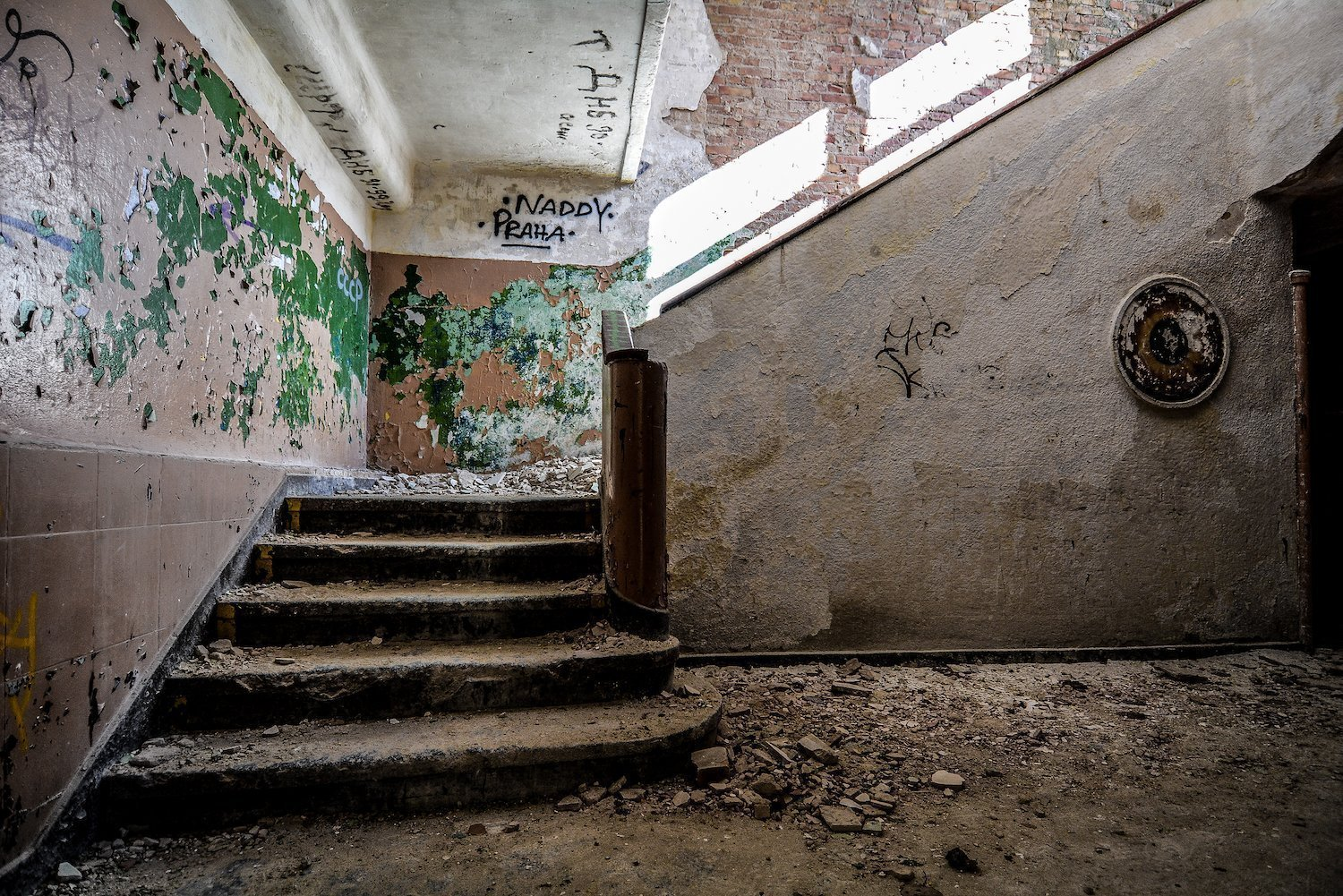 staircase treppen green nazi soviet military base abandoned urbex urban exploring loewen adler kaserne elstal wustermark roter stern kaserne germany lost places