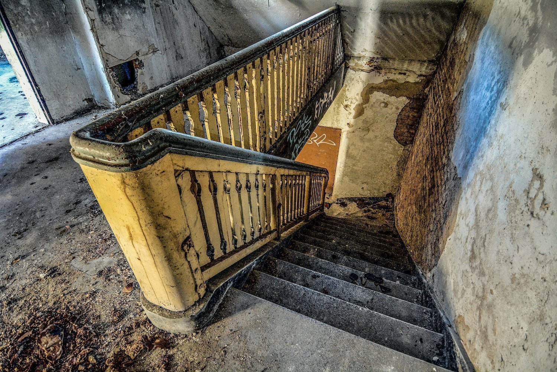 staircase wooden banister treppen nazi soviet military base abandoned urbex urban exploring loewen adler kaserne elstal wustermark roter stern kaserne germany lost places