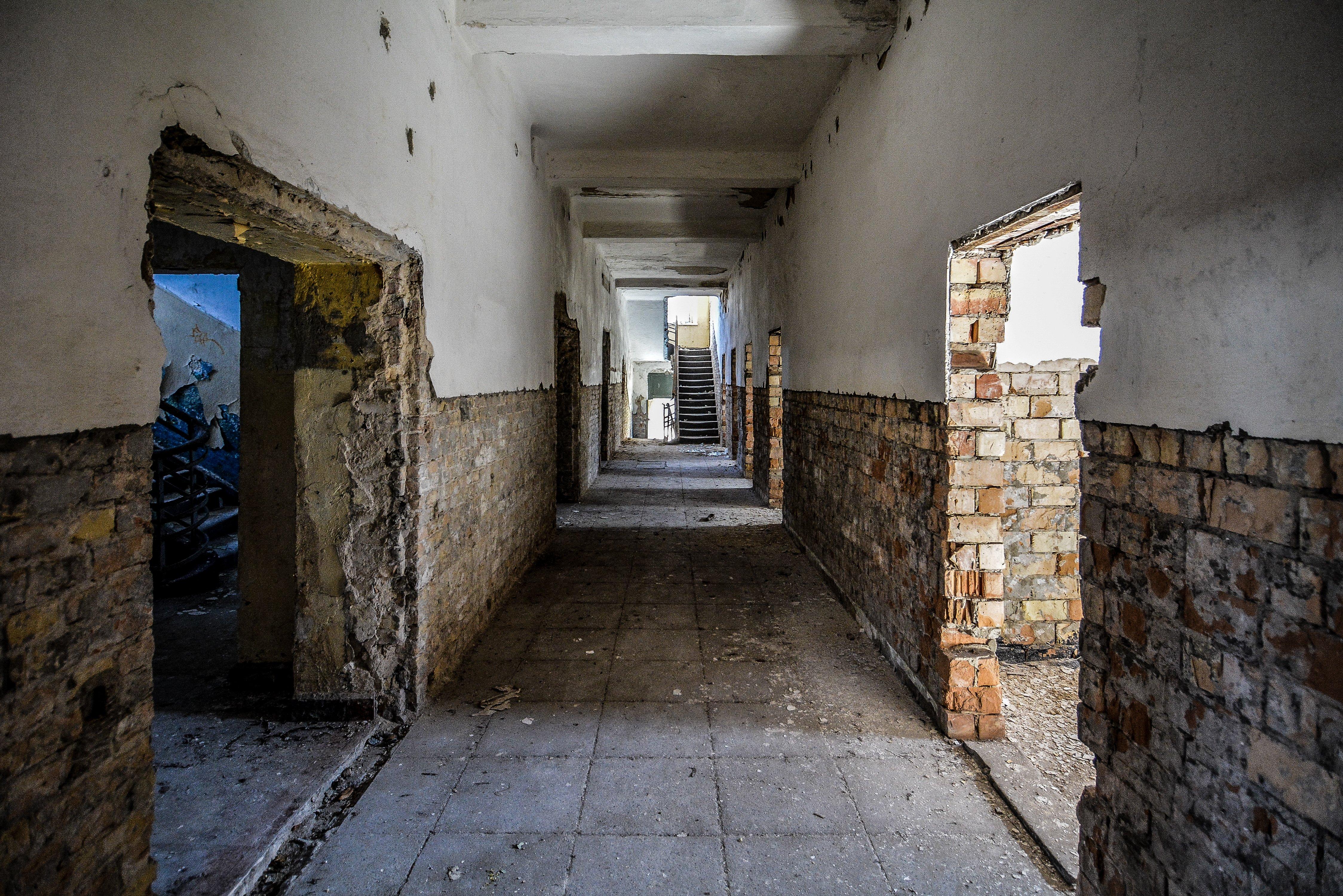 white walls brick nazi soviet military base abandoned urbex urban exploring loewen adler kaserne elstal wustermark roter stern kaserne germany lost places
