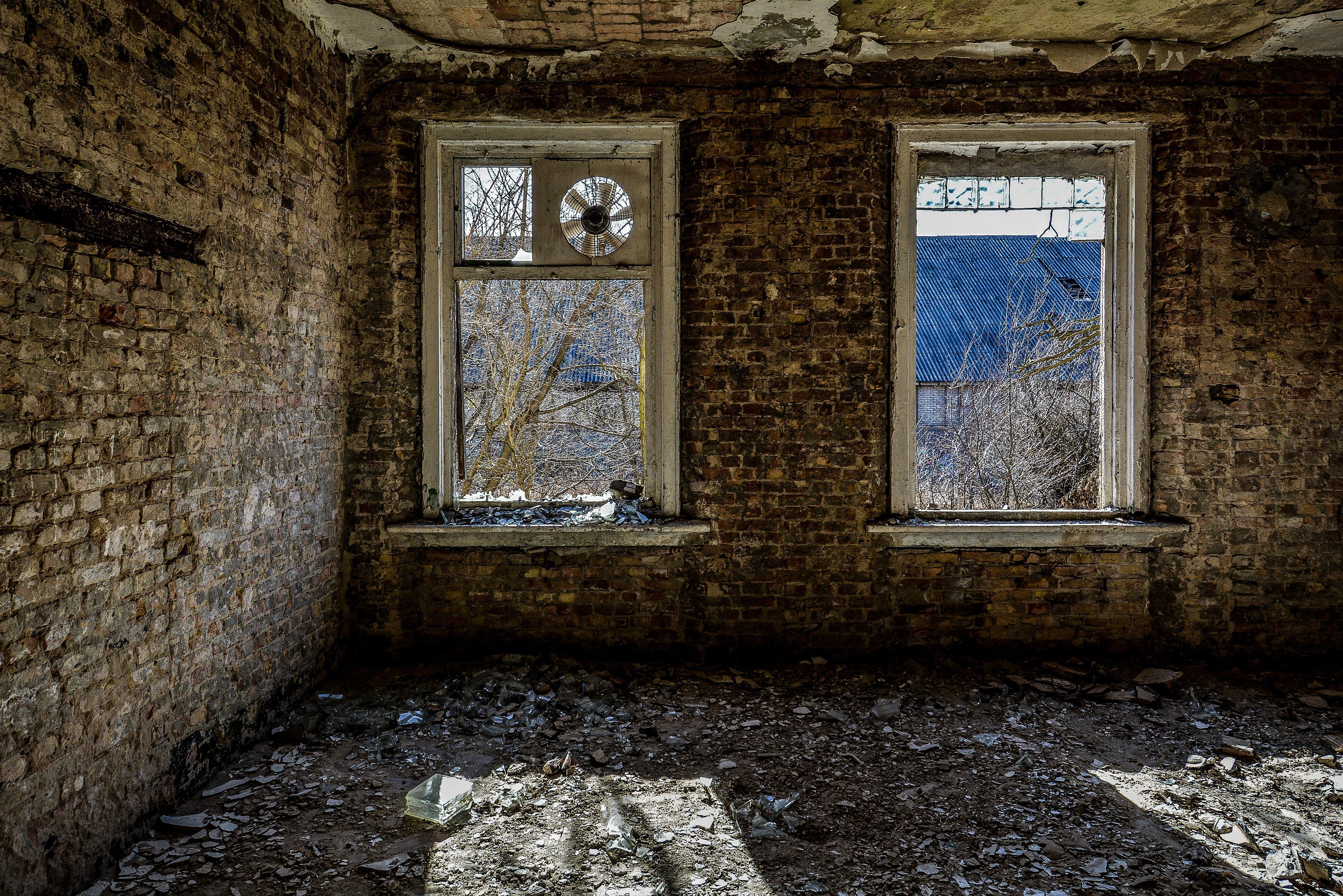 window fan nazi soviet military base abandoned urbex urban exploring loewen adler kaserne elstal wustermark roter stern kaserne germany lost places