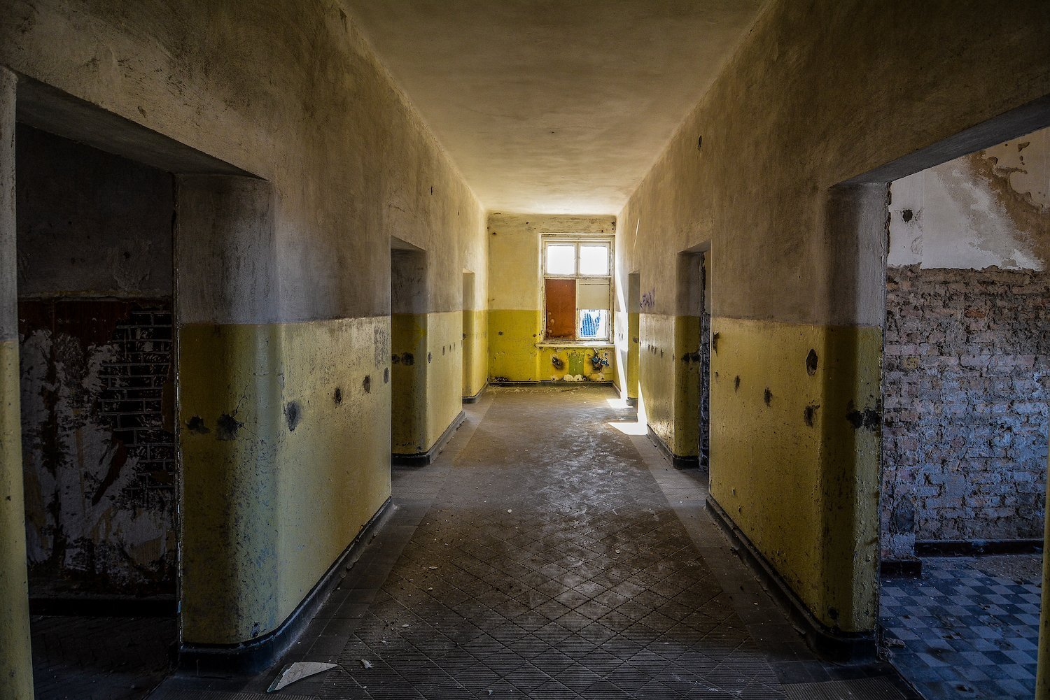 yellow grey hallway nazi soviet military base abandoned urbex urban exploring loewen adler kaserne elstal wustermark roter stern kaserne germany lost places