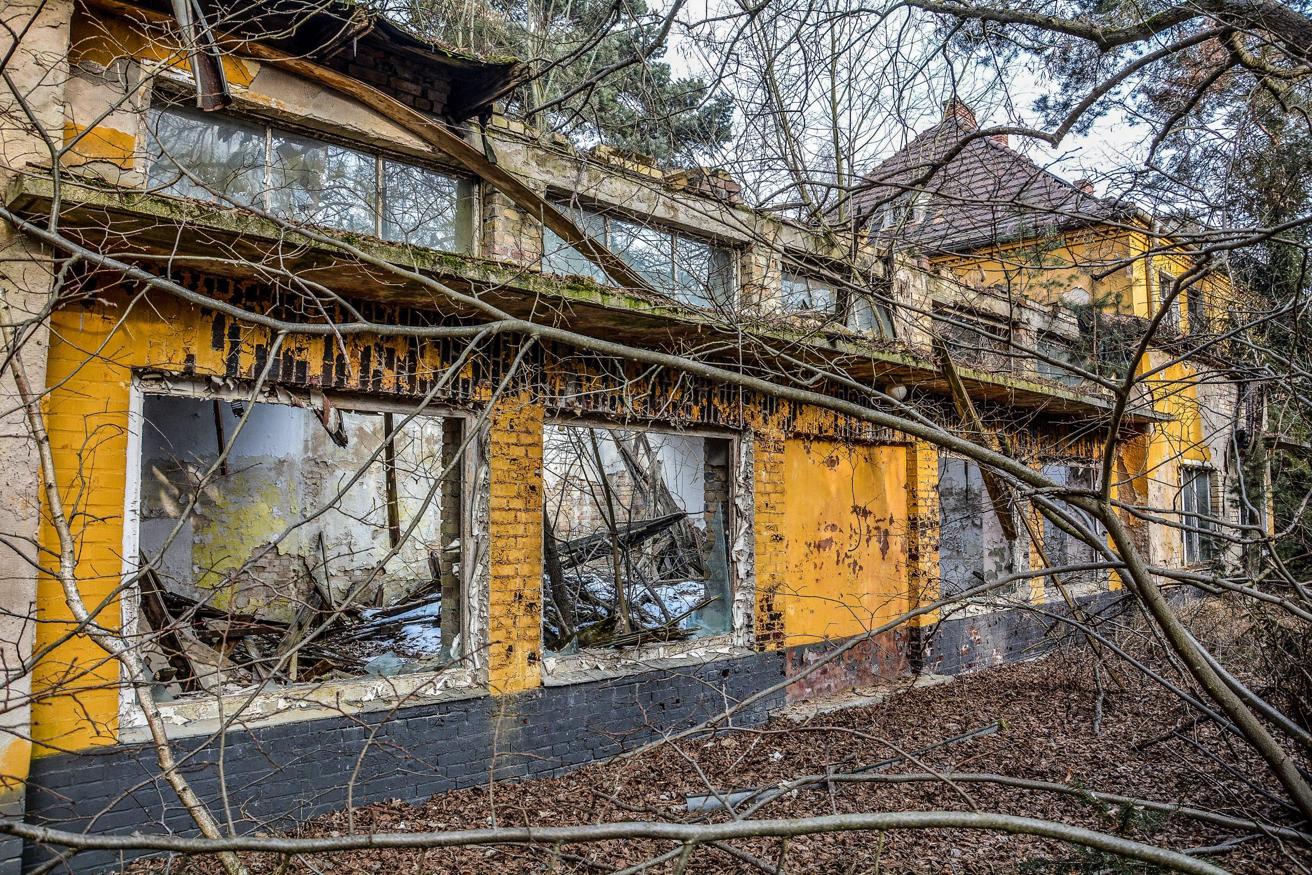 collapsed roof kaputes dach forst zinna adolf hitler lager luckenwalde juterbog sowjet kaserne soviet military barracks germany lost places urbex abandoned