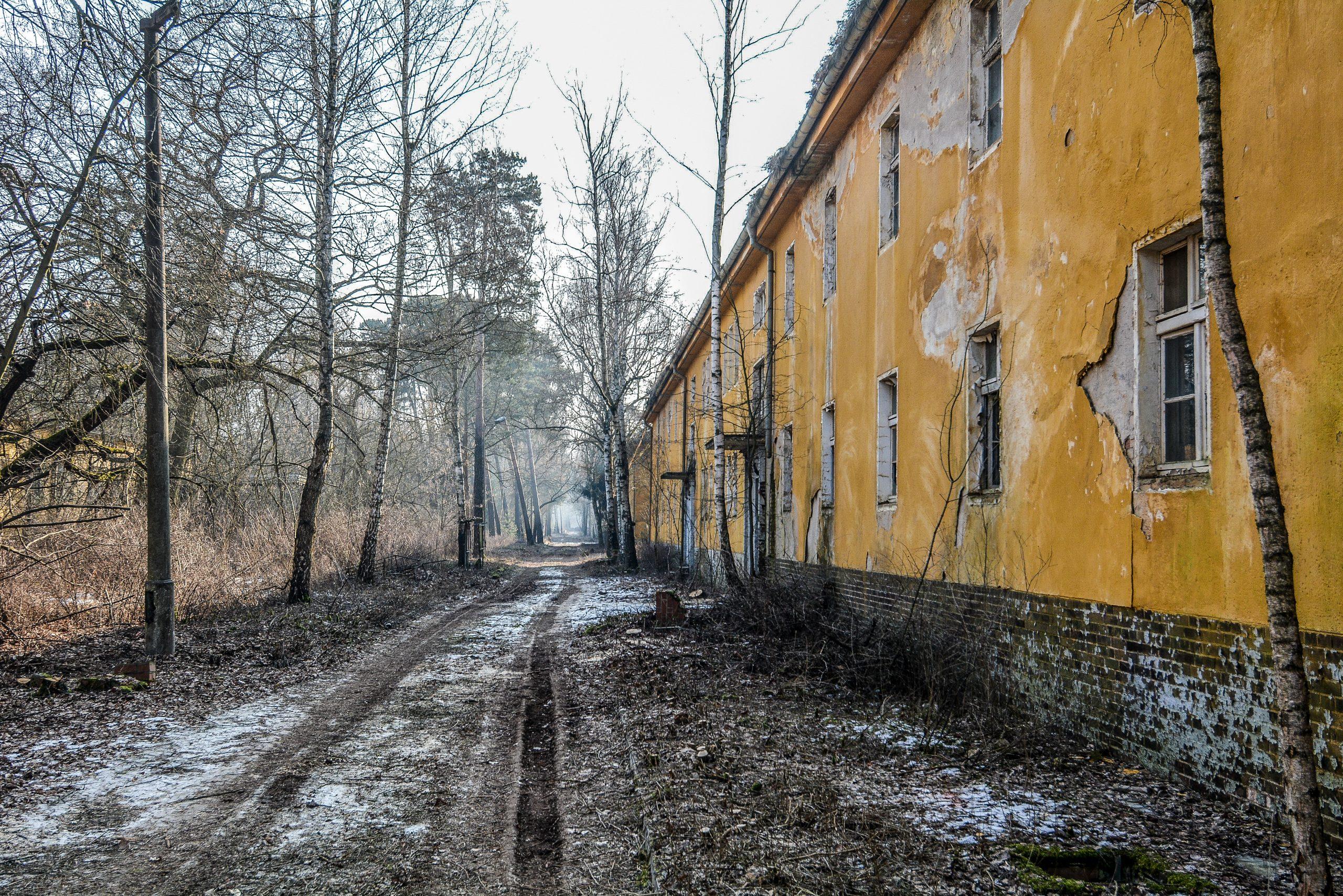 dirt road barracks building forst zinna adolf hitler lager luckenwalde juterbog sowjet kaserne soviet military barracks germany lost places urbex abandoned
