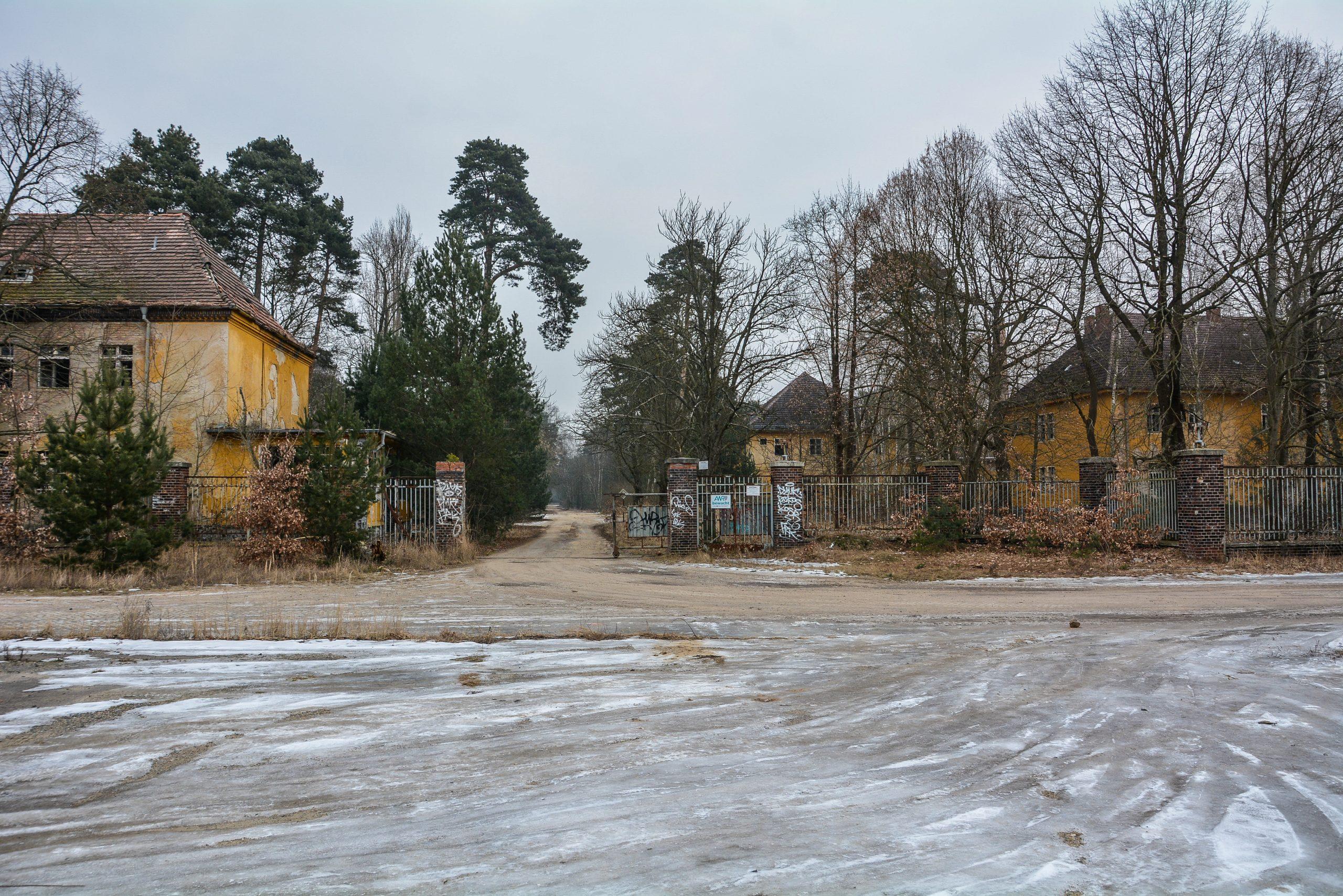 eingang entrance gate forst zinna adolf hitler lager luckenwalde juterbog sowjet kaserne soviet military barracks germany lost places urbex abandoned