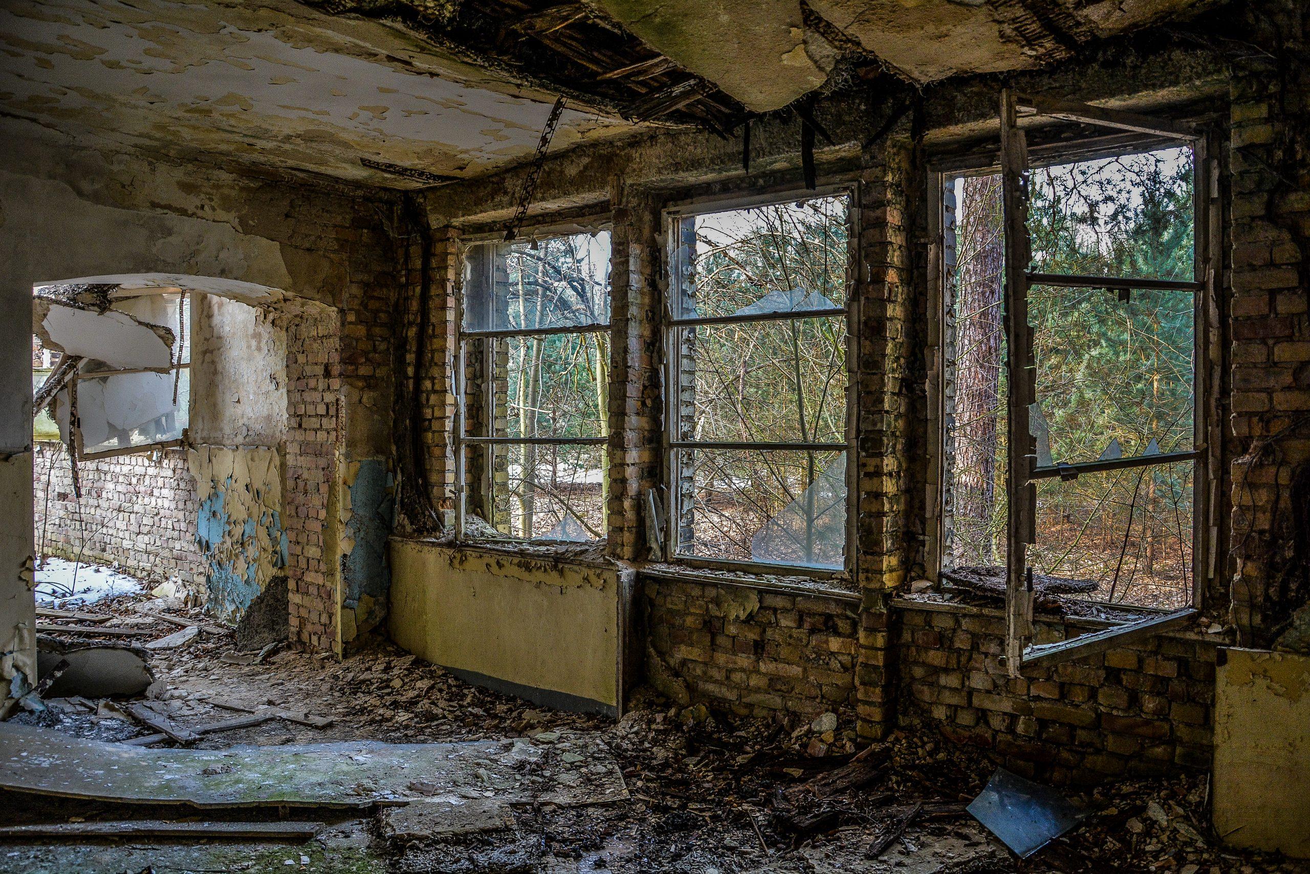 open window abandoned room offenes fenster zimmer forst zinna adolf hitler lager luckenwalde juterbog sowjet kaserne soviet military barracks germany lost places urbex abandoned