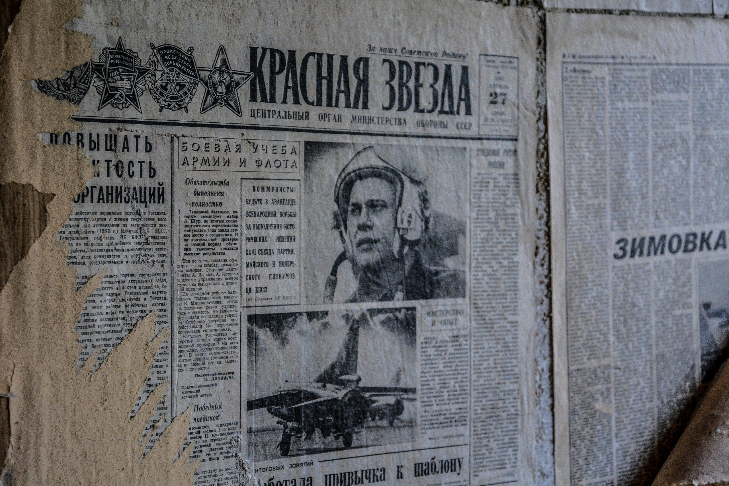 soviet newspaper wallpaper forst zinna adolf hitler lager luckenwalde juterbog sowjet kaserne soviet military barracks germany lost places urbex abandoned