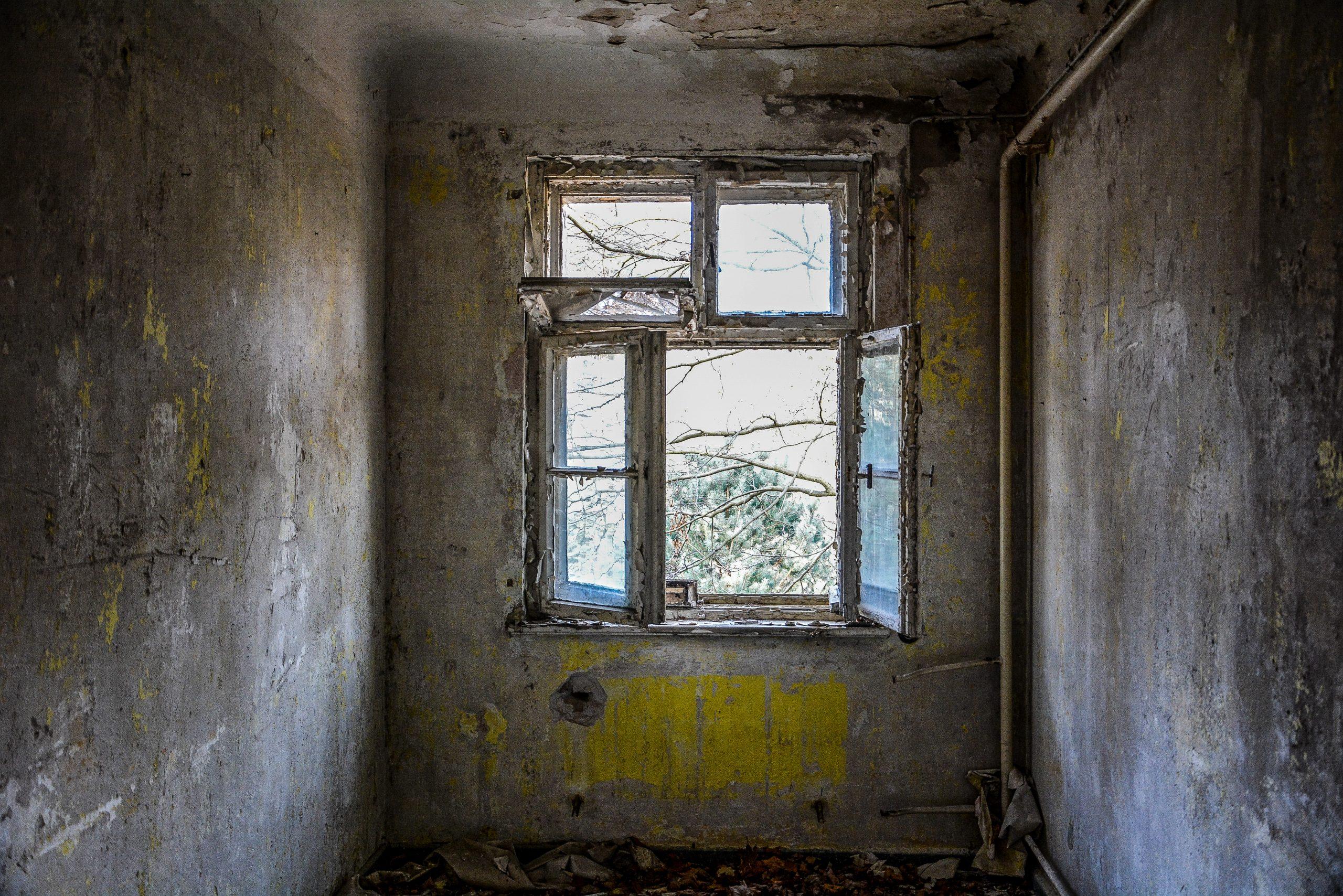 yellow grey hallway window forst zinna adolf hitler lager luckenwalde juterbog sowjet kaserne soviet military barracks germany lost places urbex abandoned