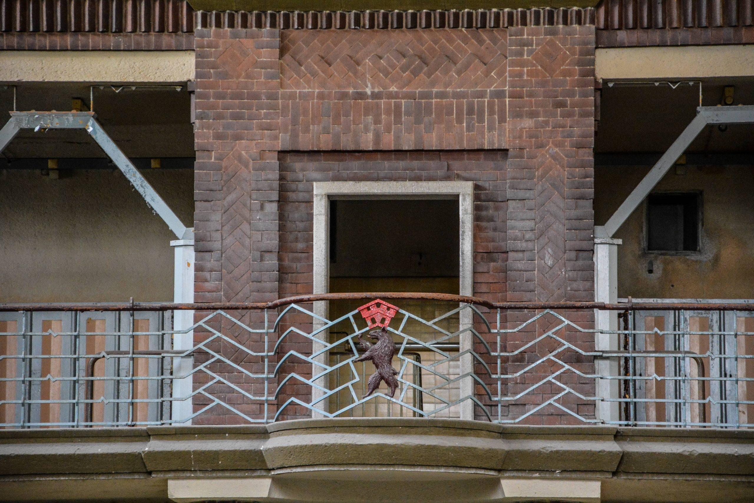 balkon balcony pool berliner wappen baer stadtbad lichtenberg hubertusbad berlin abandoned pool urbex lost places