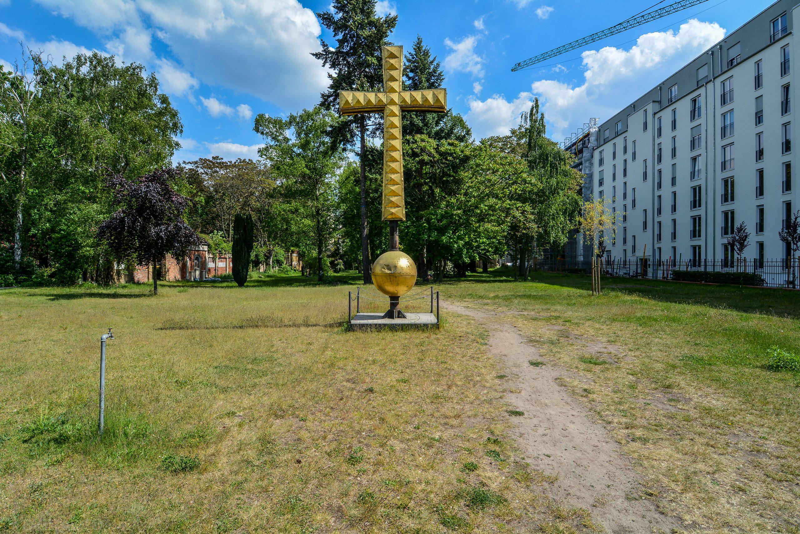 eingang domfriedhof kuppelkreuz berlin kuppelkreuz berliner dom berlin cathedral church cross st hedwig friedhof cemetery domfriedhof