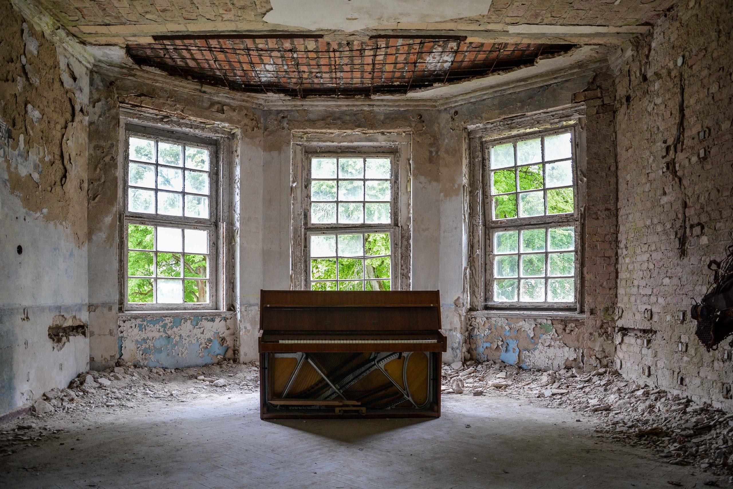 abandoned piano room tuberkulose heilstaette grabowsee sanatorium hospital oranienburg lost places abandoned urbex brandenburg germany deutschland