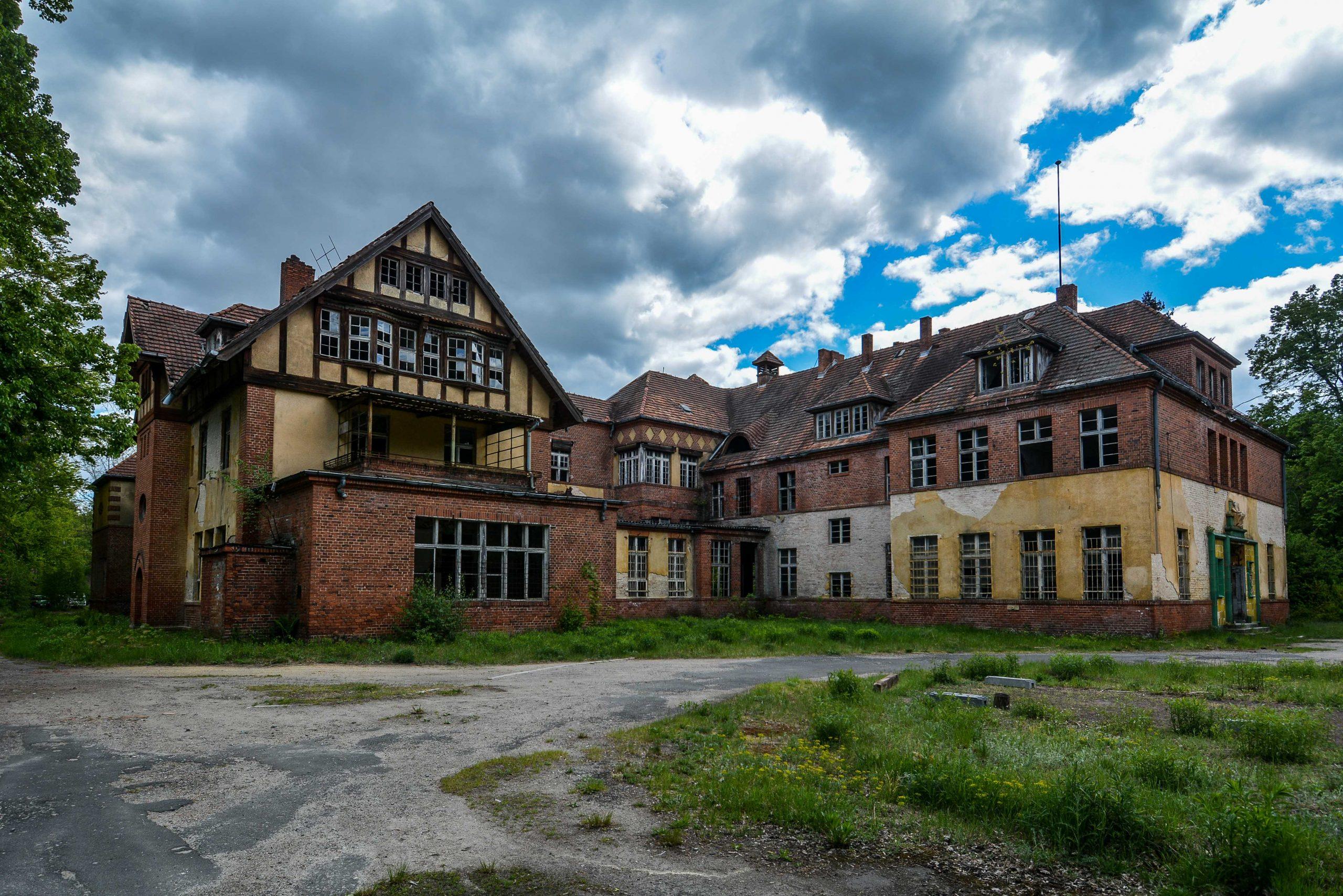 administration building side view tuberkulose heilstaette grabowsee sanatorium hospital oranienburg lost places abandoned urbex brandenburg germany deutschland