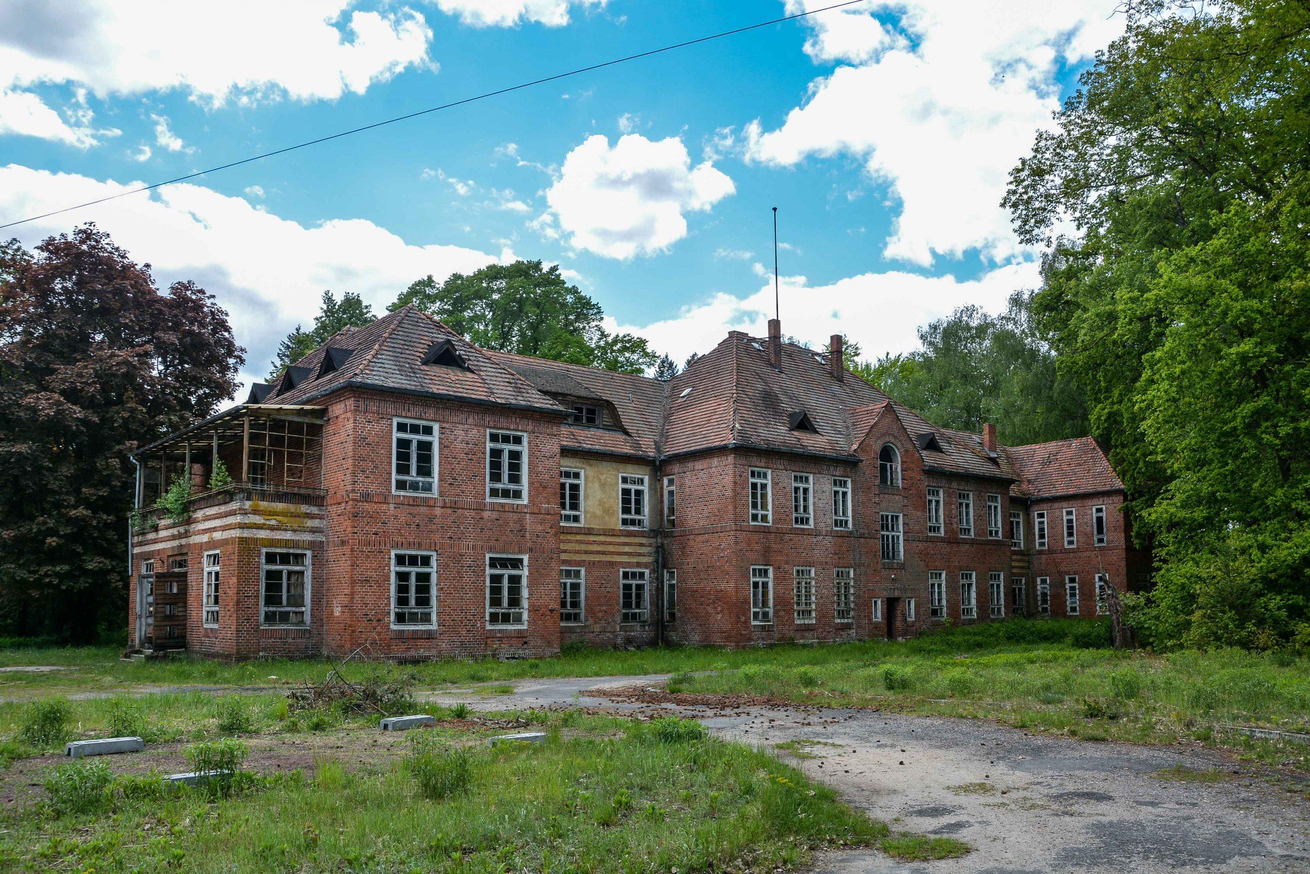 administration building tuberkulose heilstaette grabowsee sanatorium hospital oranienburg lost places abandoned urbex brandenburg germany deutschland