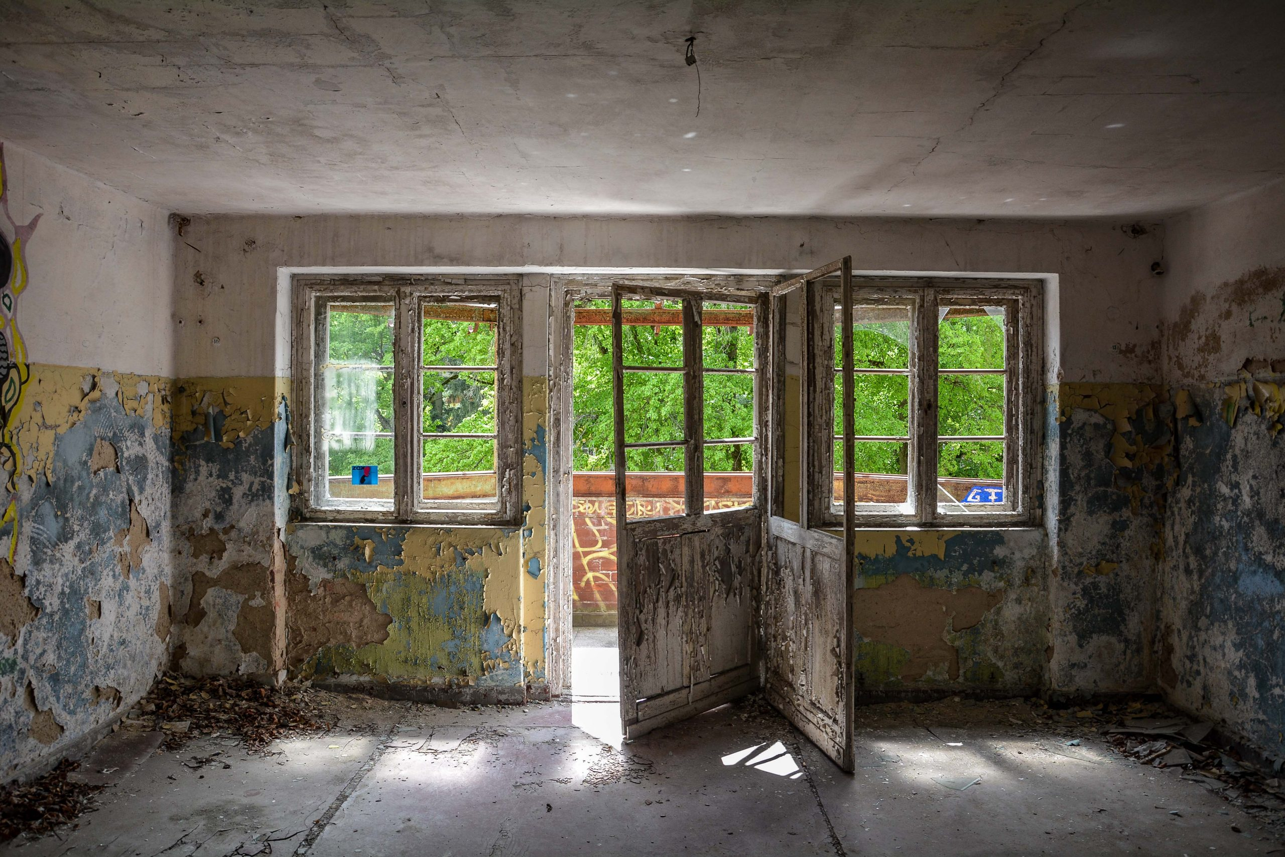 balcony doors tuberkulose heilstaette grabowsee sanatorium hospital oranienburg lost places abandoned urbex brandenburg germany deutschland