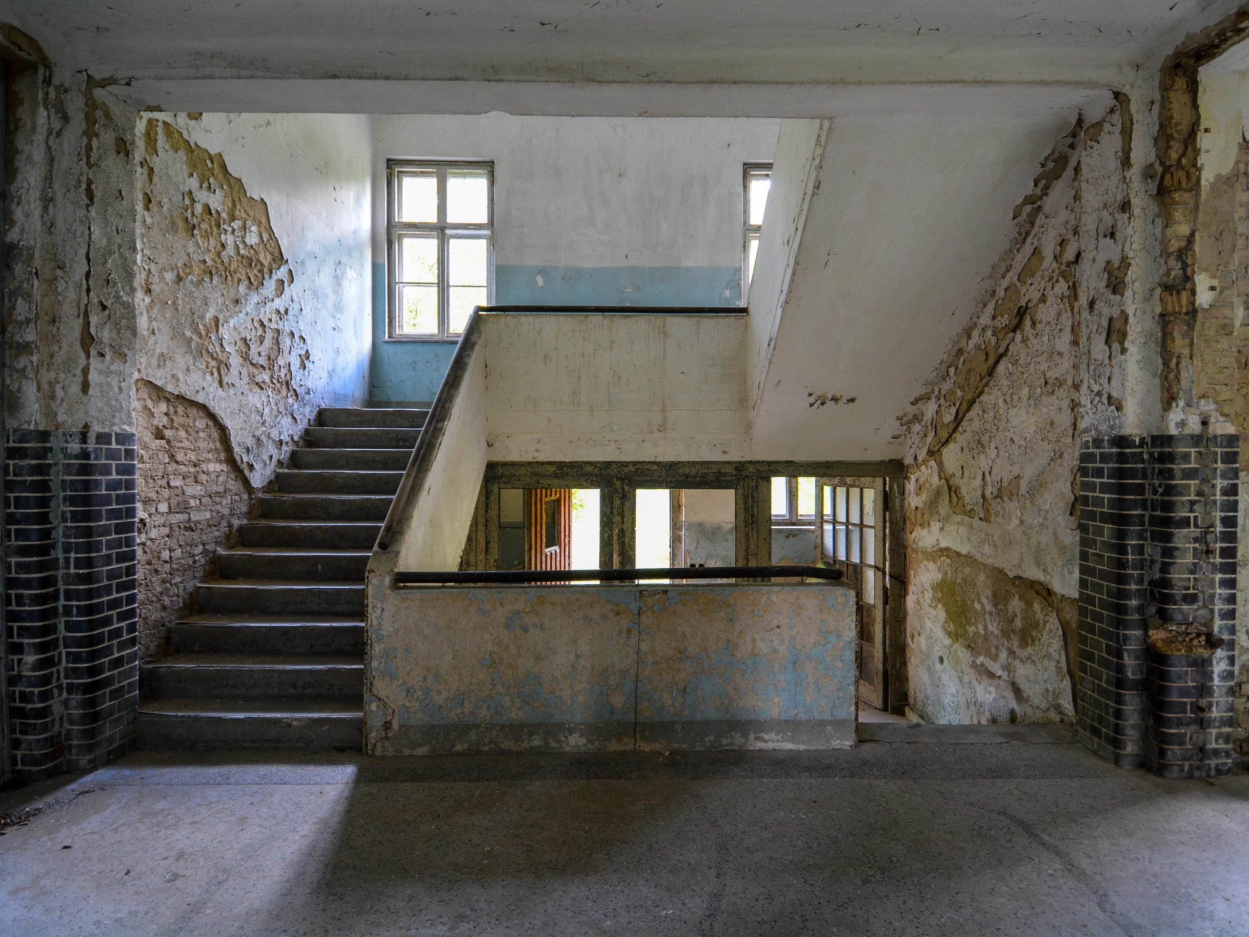 blue staircase tuberkulose heilstaette grabowsee sanatorium hospital oranienburg lost places abandoned urbex brandenburg germany deutschland