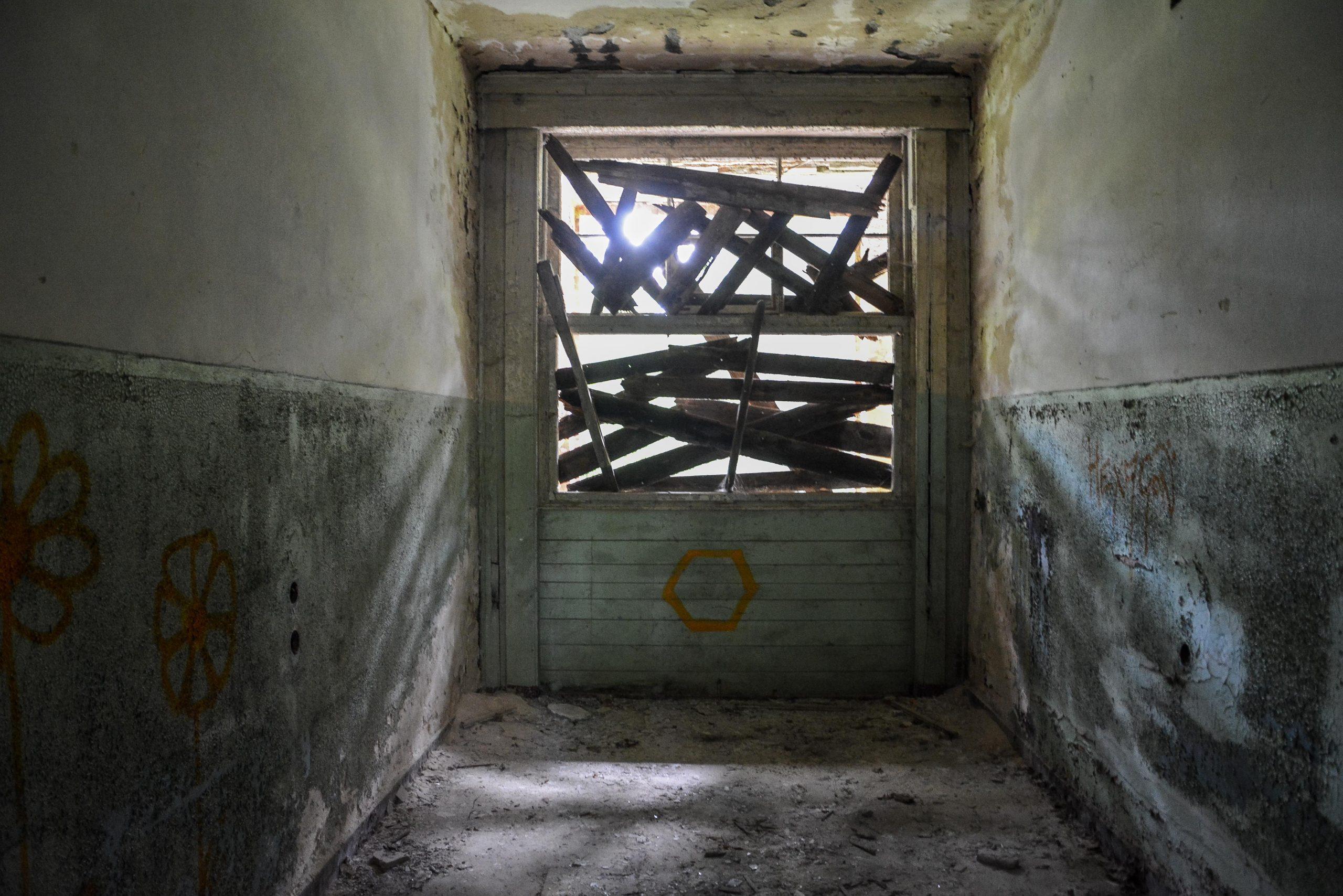 boarded up window tuberkulose heilstaette grabowsee sanatorium oranienburg lost places abandoned urbex brandenburg germany deutschland