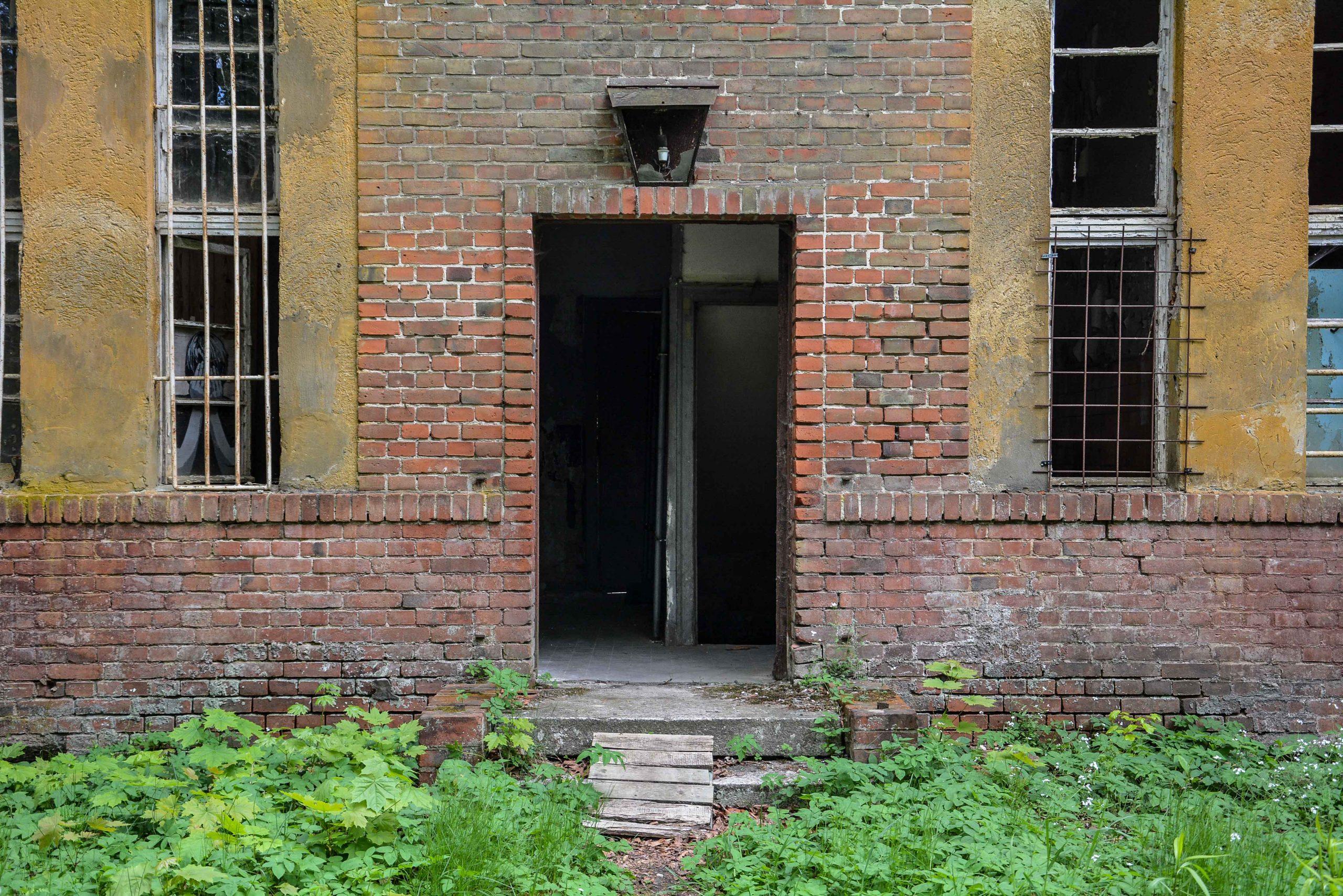brick entrance door tuberkulose heilstaette grabowsee sanatorium hospital oranienburg lost places abandoned urbex brandenburg germany deutschland
