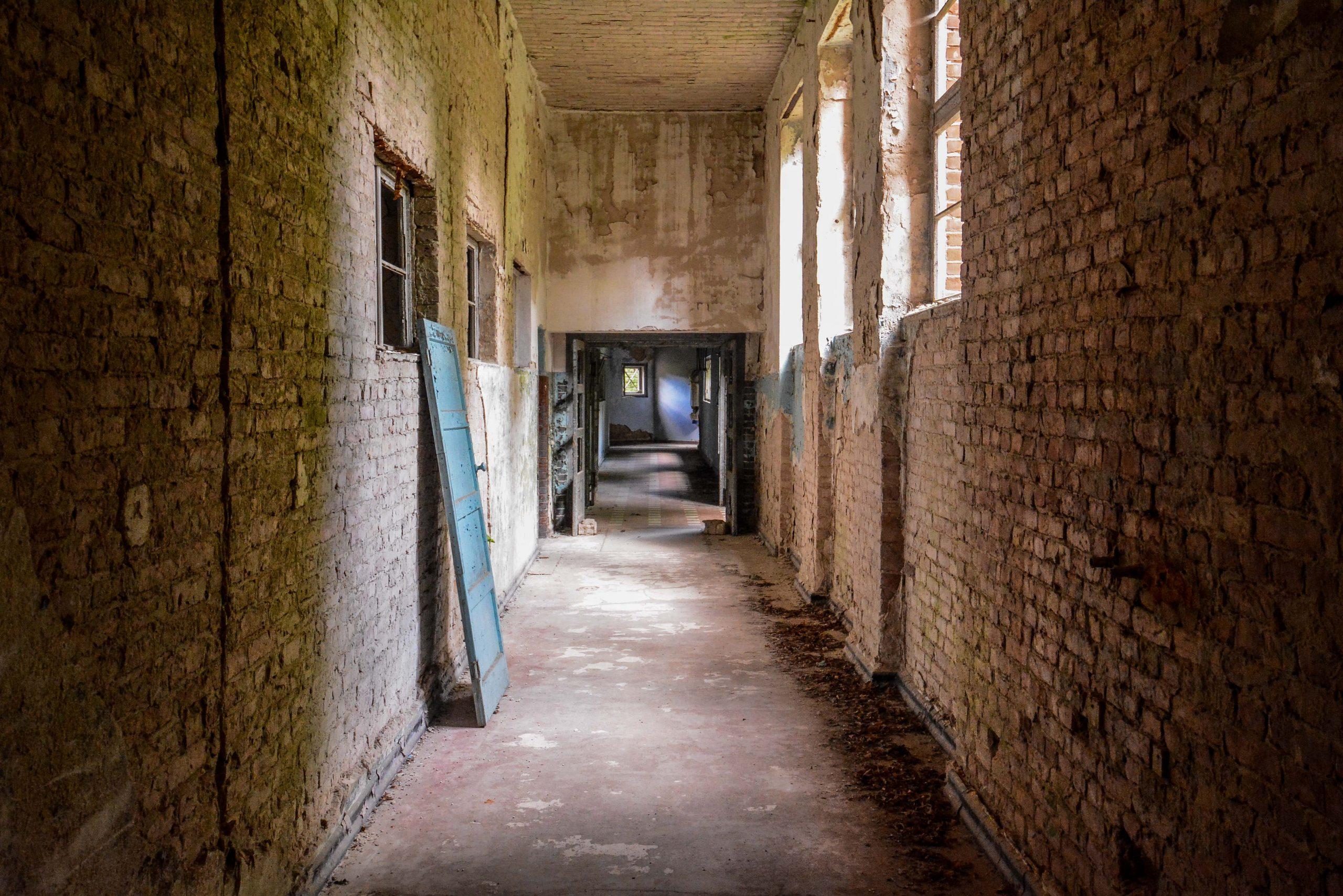 brick hallway tuberkulose heilstaette grabowsee sanatorium hospital oranienburg lost places abandoned urbex brandenburg germany deutschland