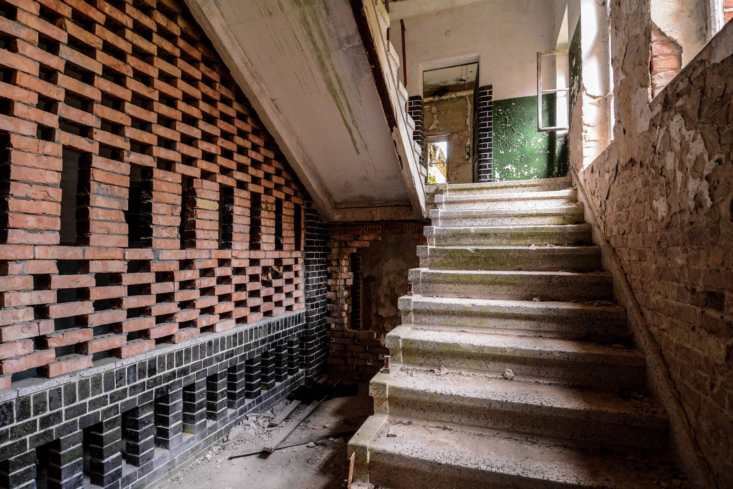 brick staircase tuberkulose heilstaette grabowsee sanatorium hospital oranienburg lost places abandoned urbex brandenburg germany deutschland