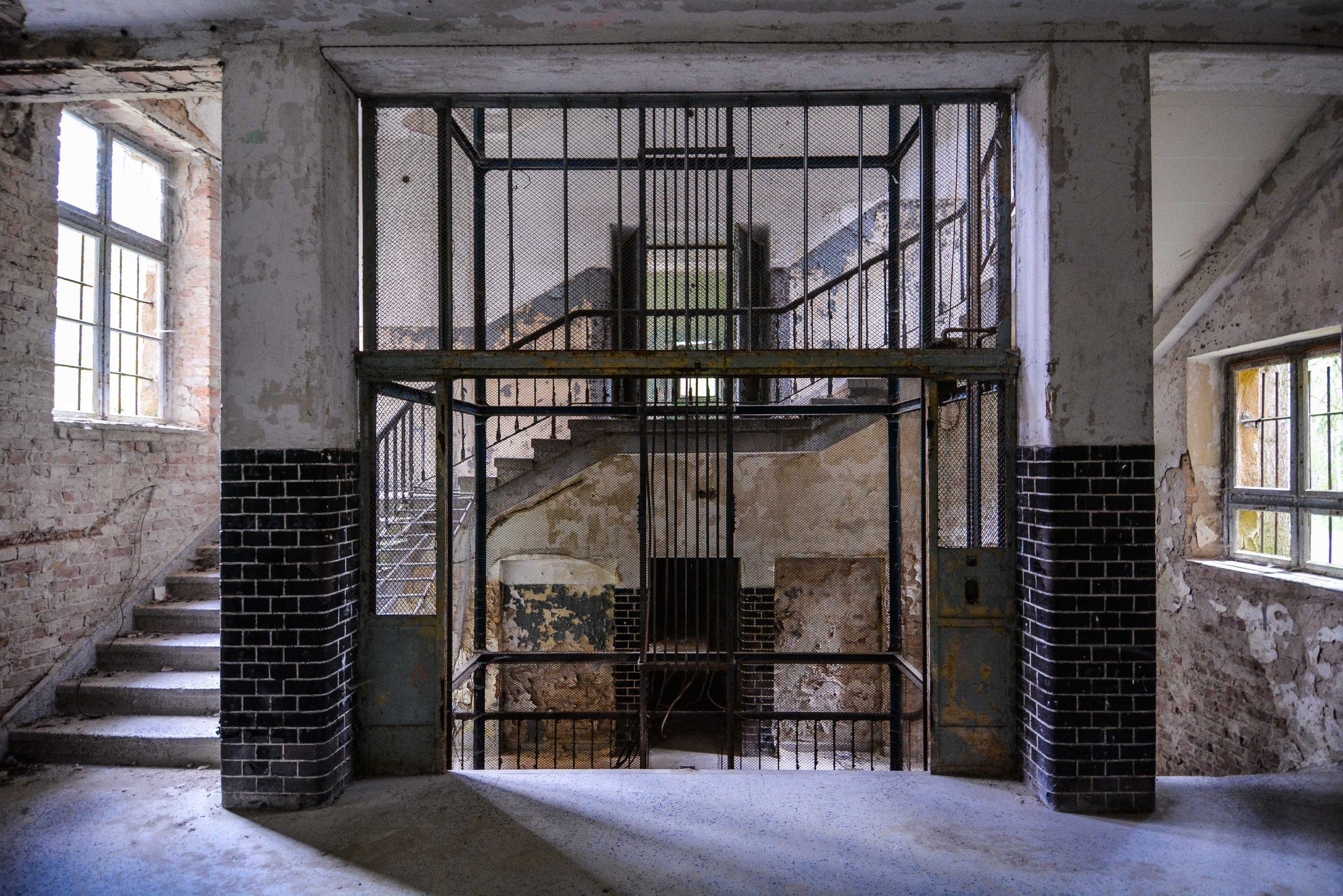 coffin elevator tuberkulose heilstaette grabowsee sanatorium oranienburg lost places abandoned urbex brandenburg germany deutschland