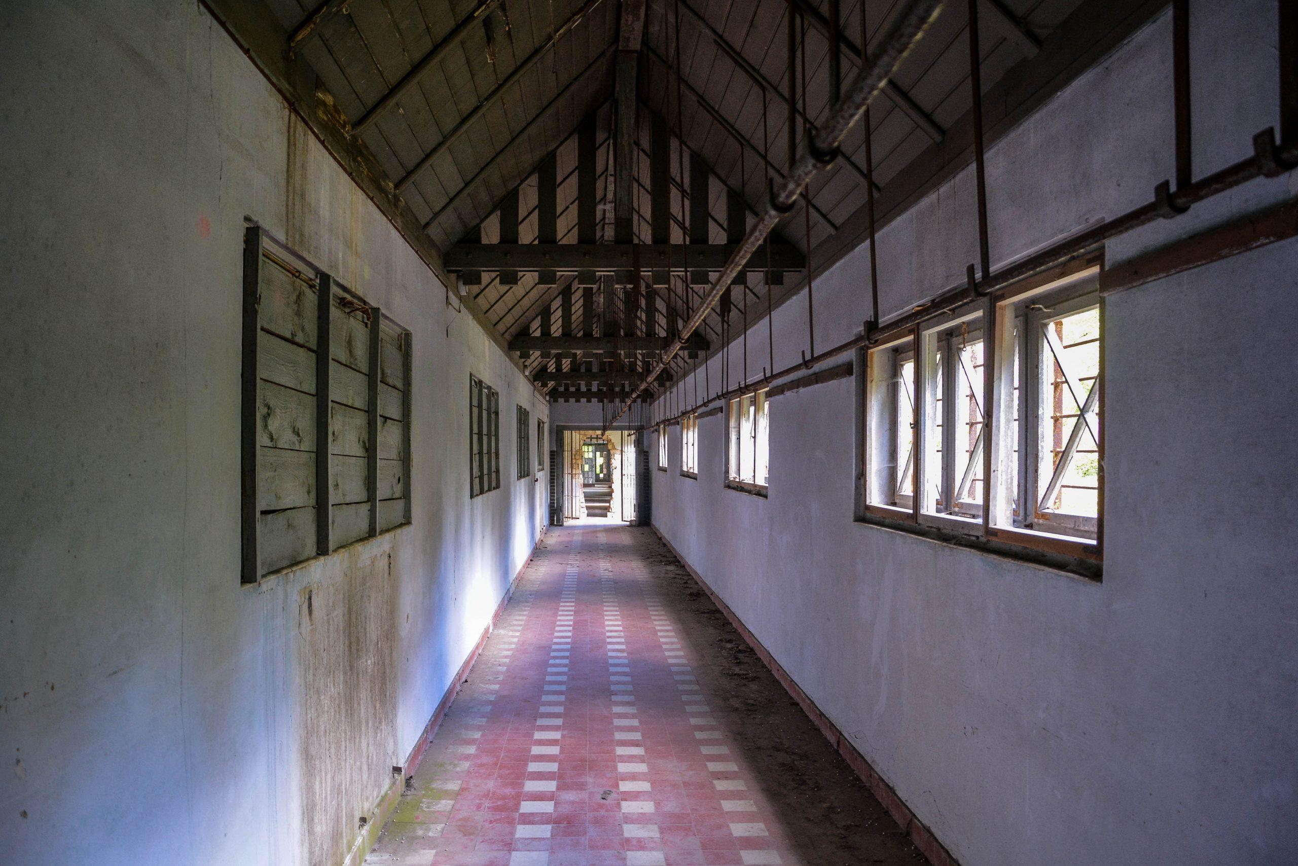 connecting hallway brick wall tuberkulose heilstaette grabowsee sanatorium hospital oranienburg lost places abandoned urbex brandenburg germany deutschland