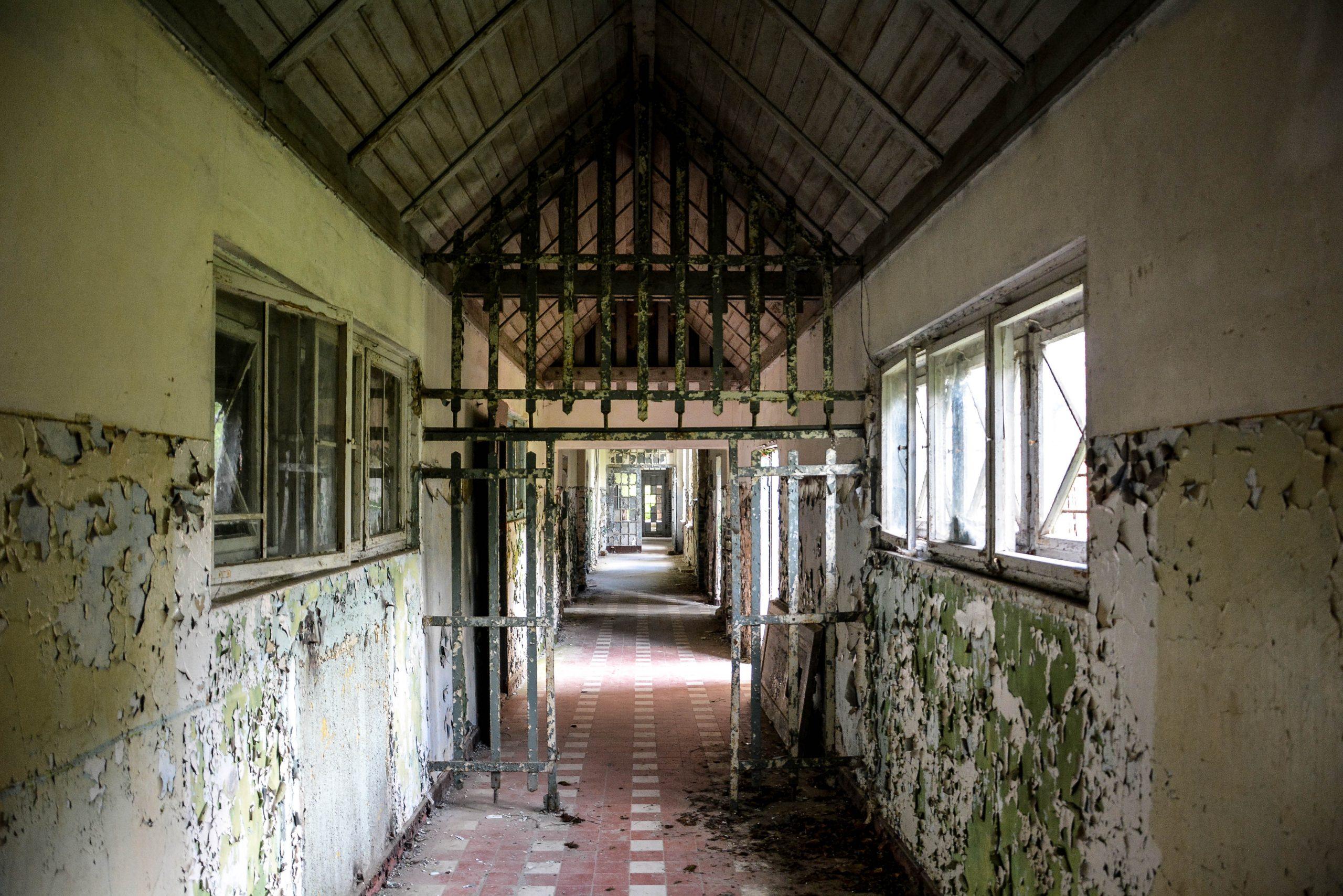 connecting hallway iron gates tuberkulose heilstaette grabowsee sanatorium hospital oranienburg lost places abandoned urbex brandenburg germany deutschland