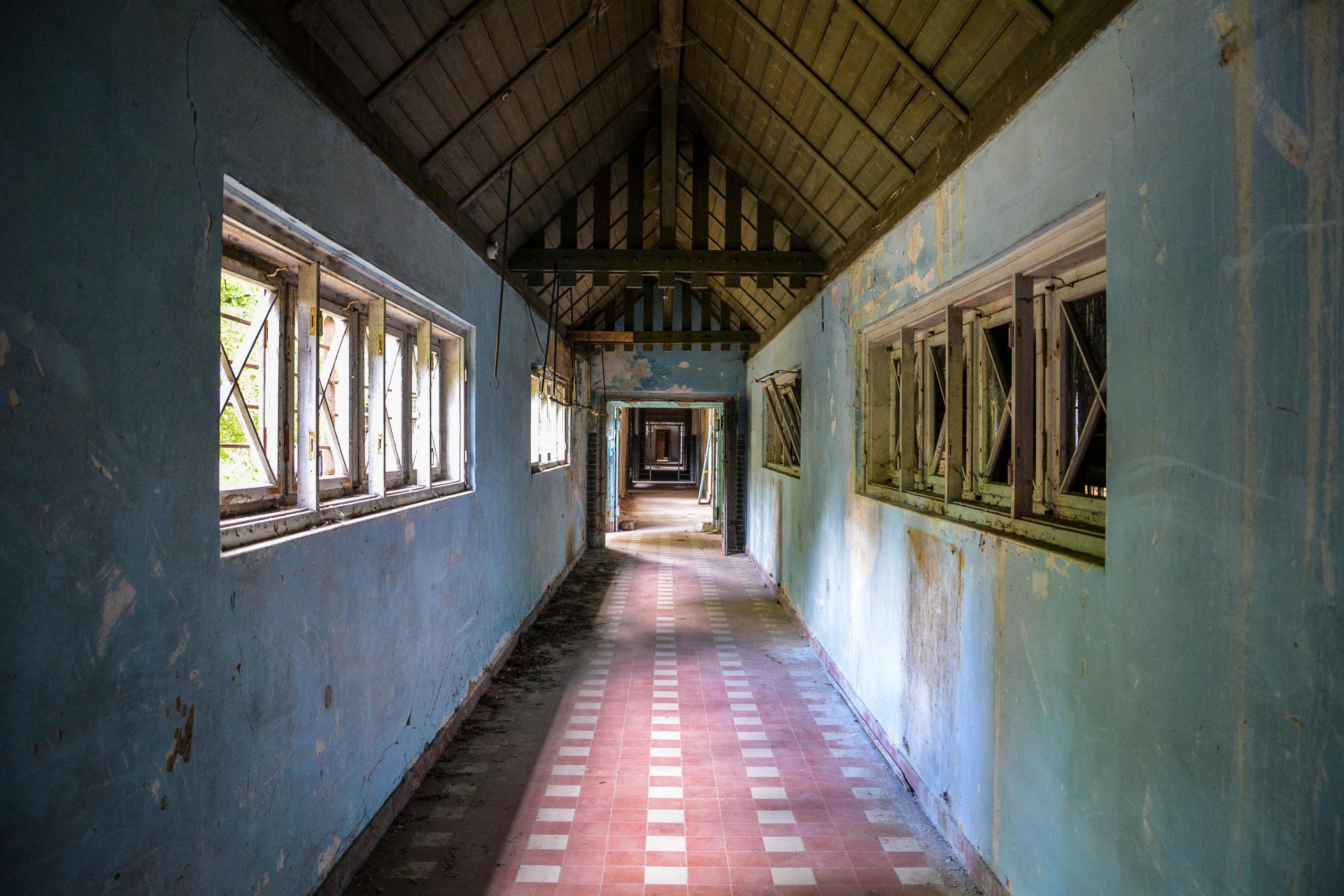 connecting hallway red tiles floor tuberkulose heilstaette grabowsee sanatorium hospital oranienburg lost places abandoned urbex brandenburg germany deutschland