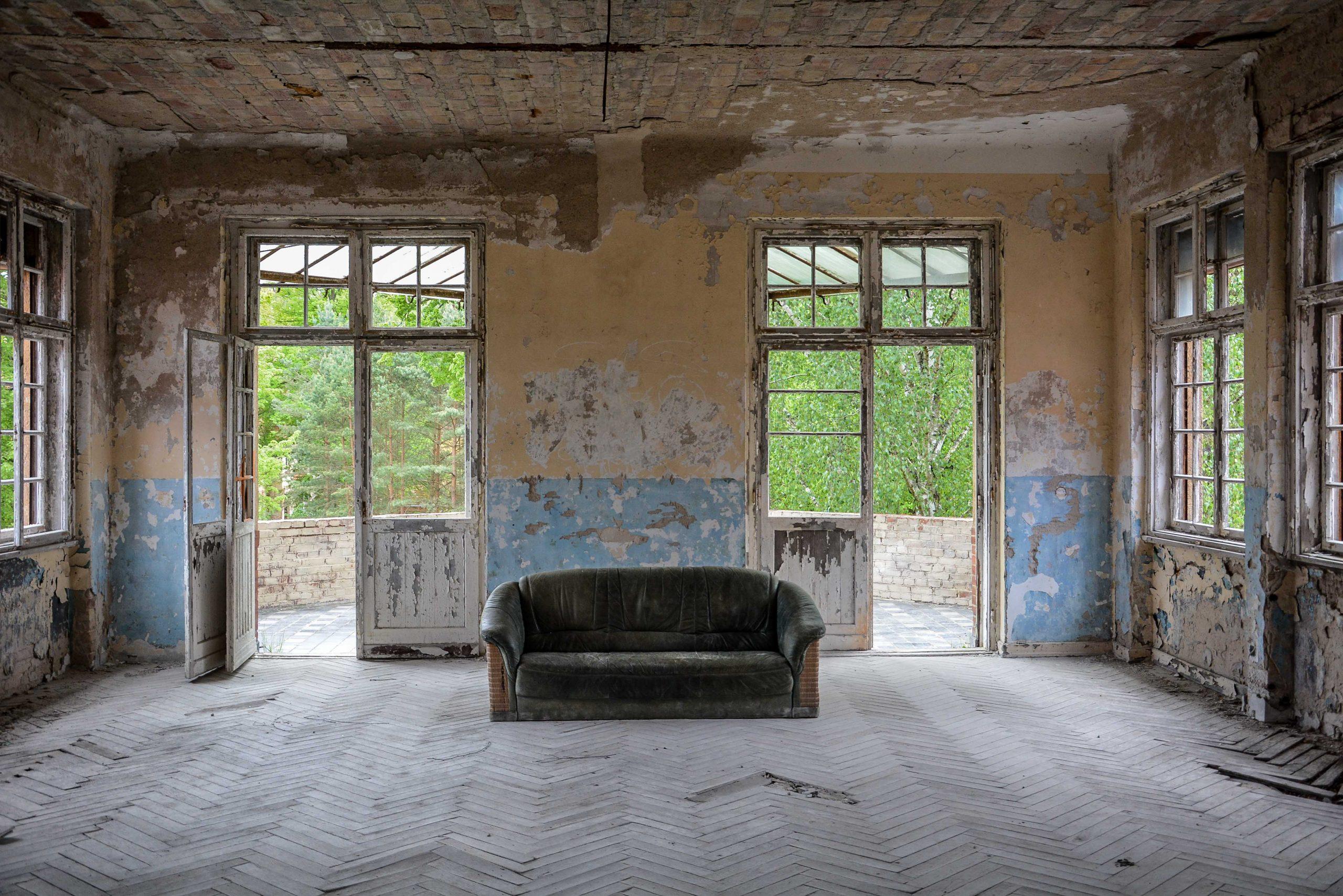 couch balcony tuberkulose heilstaette grabowsee sanatorium hospital oranienburg lost places abandoned urbex brandenburg germany deutschland