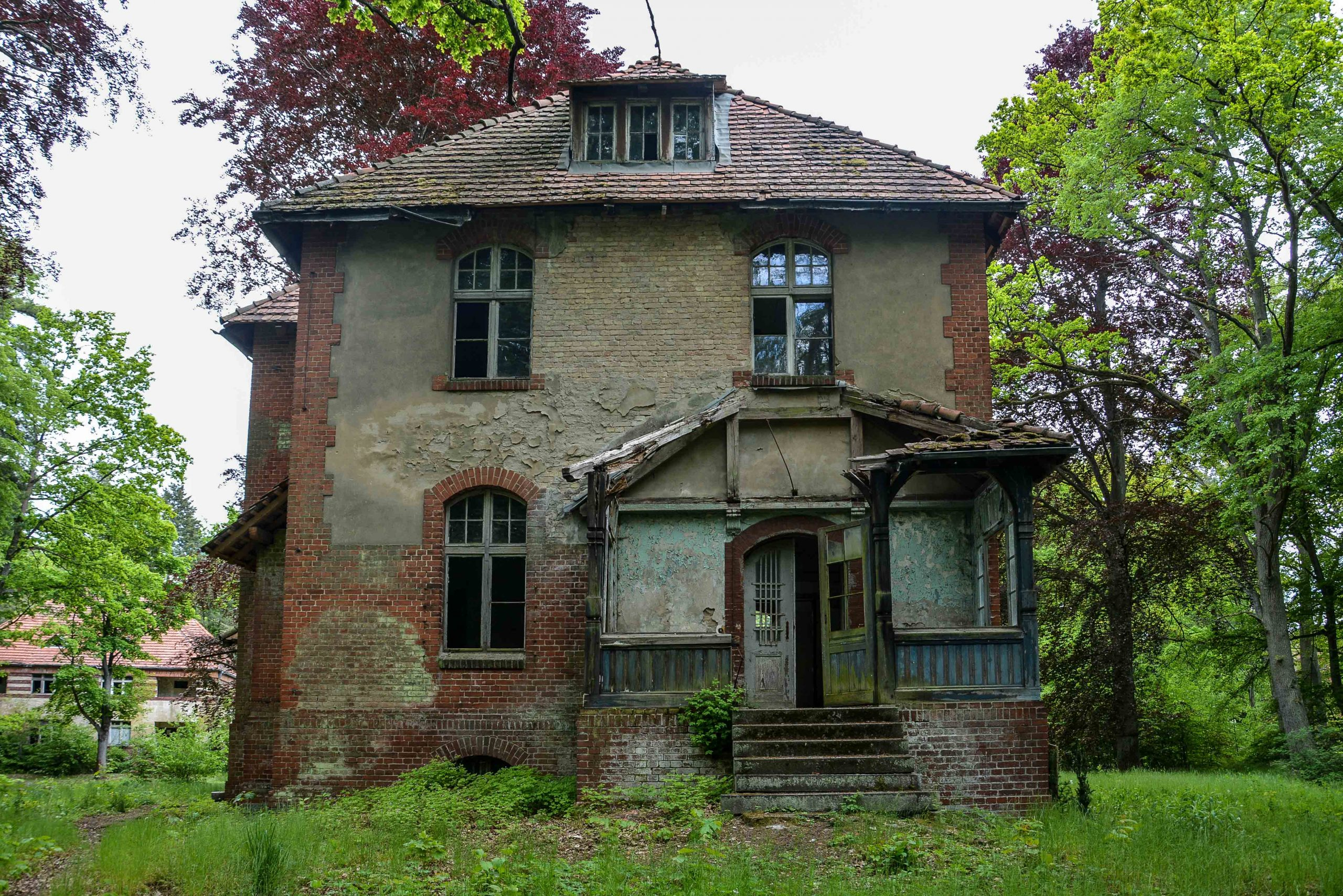 directors villa entrance tuberkulose heilstaette grabowsee sanatorium hospital oranienburg lost places abandoned urbex brandenburg germany deutschland
