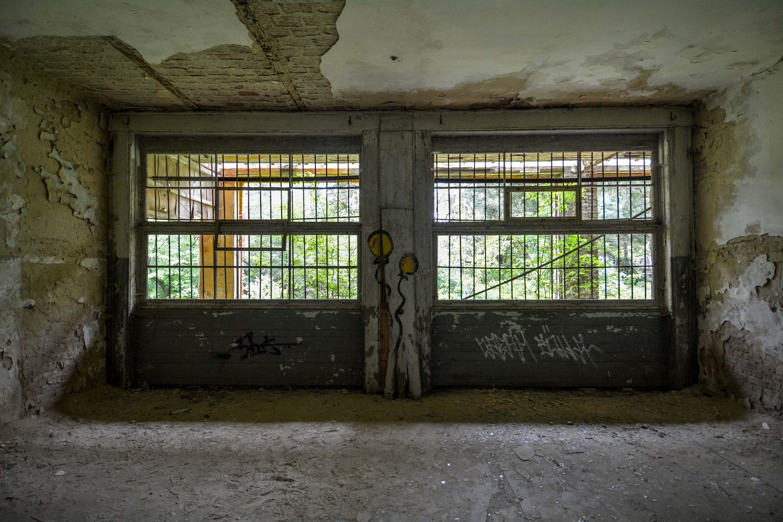 double window bars tuberkulose heilstaette grabowsee sanatorium oranienburg lost places abandoned urbex brandenburg germany deutschland