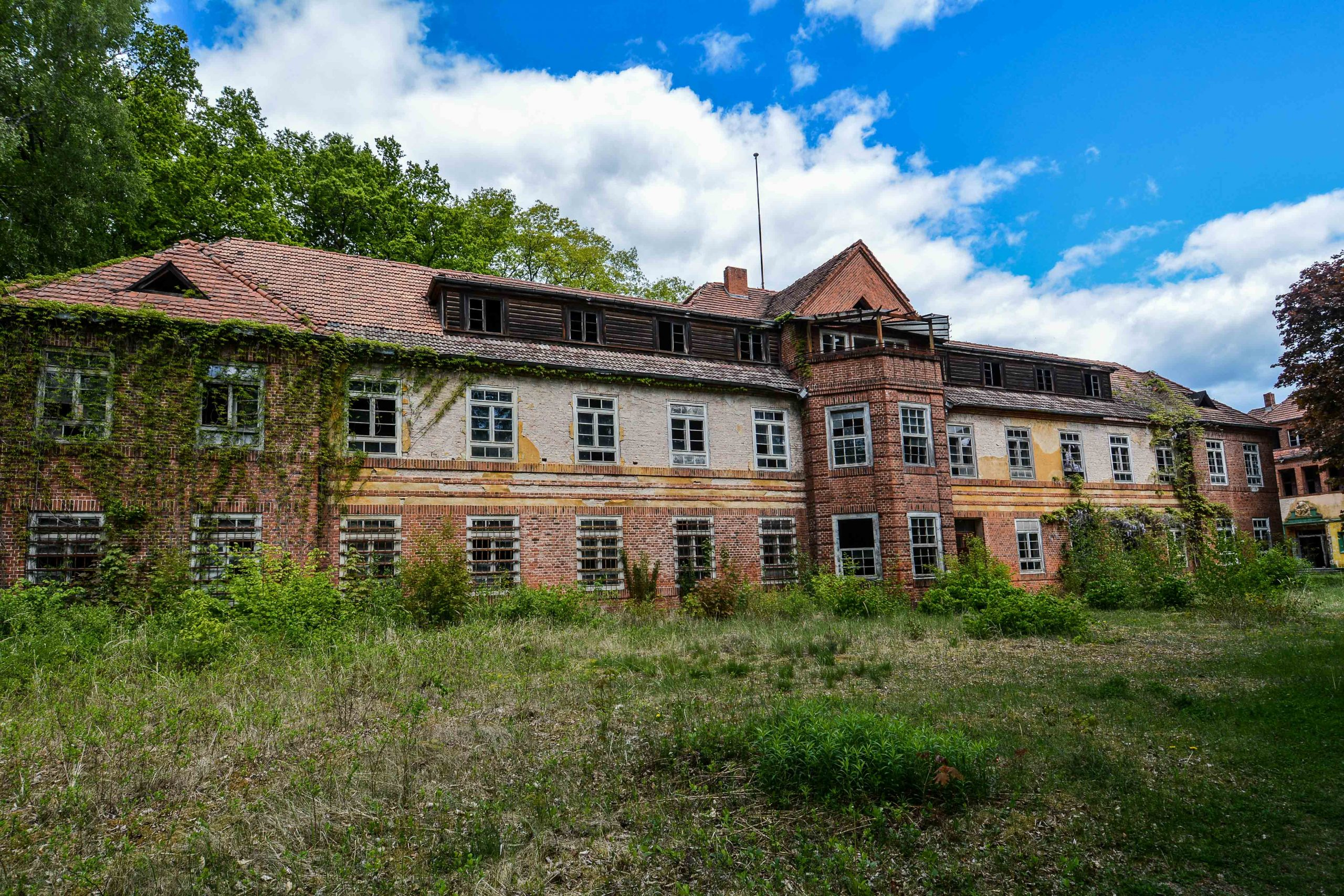 front view sanatorium wing tuberkulose heilstaette grabowsee sanatorium hospital oranienburg lost places abandoned urbex brandenburg germany deutschland