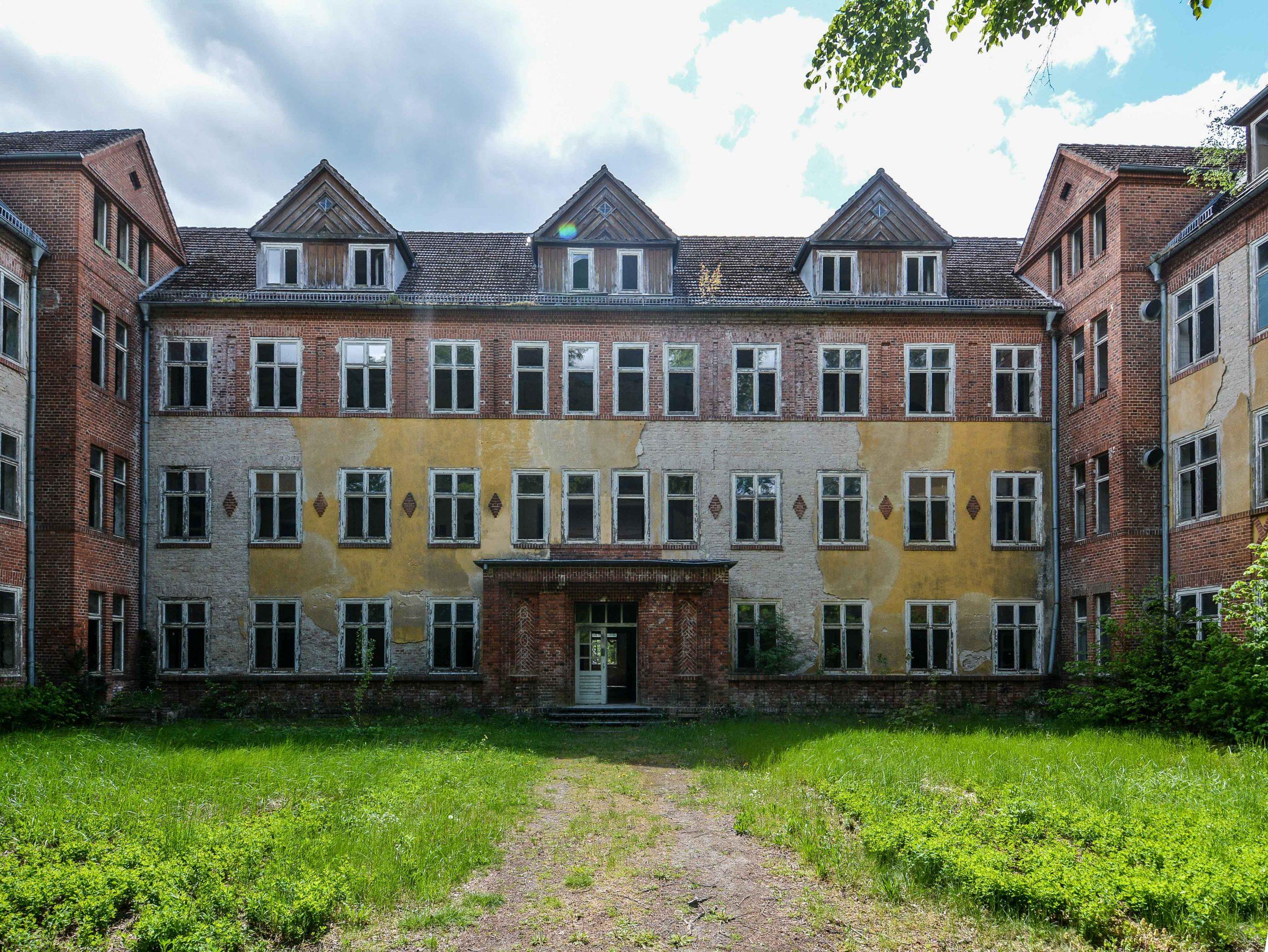 front view side entrance building sanatorium tuberkulose heilstaette grabowsee sanatorium hospital oranienburg lost places abandoned urbex brandenburg germany deutschland