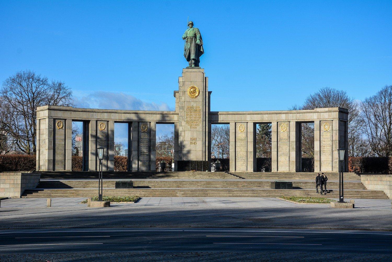 full front view sowjetisches ehrenmal tiergarten soviet war memorial berlin germany