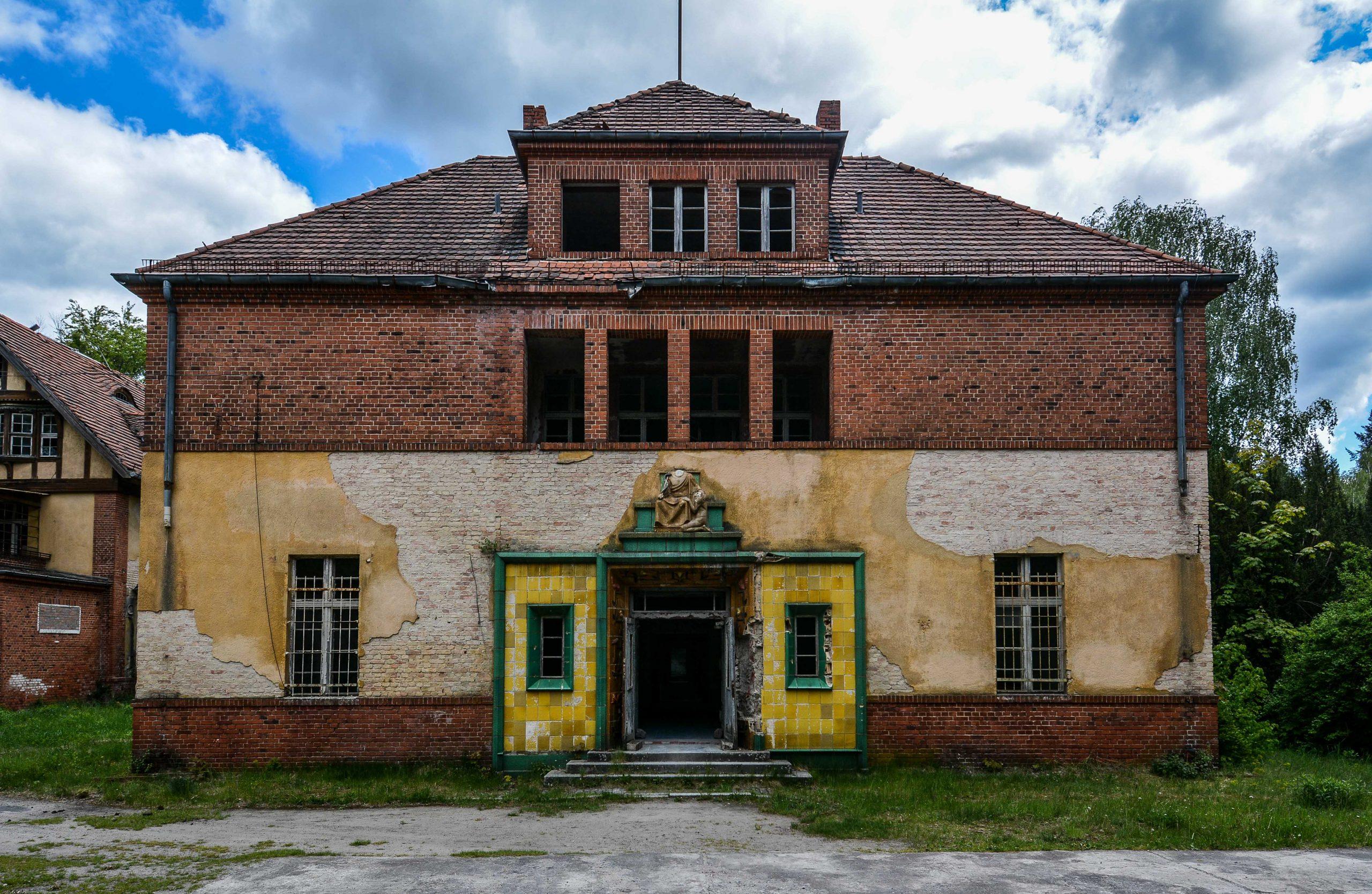 grand side entrance tiles tuberkulose heilstaette grabowsee sanatorium hospital oranienburg lost places abandoned urbex brandenburg germany deutschland