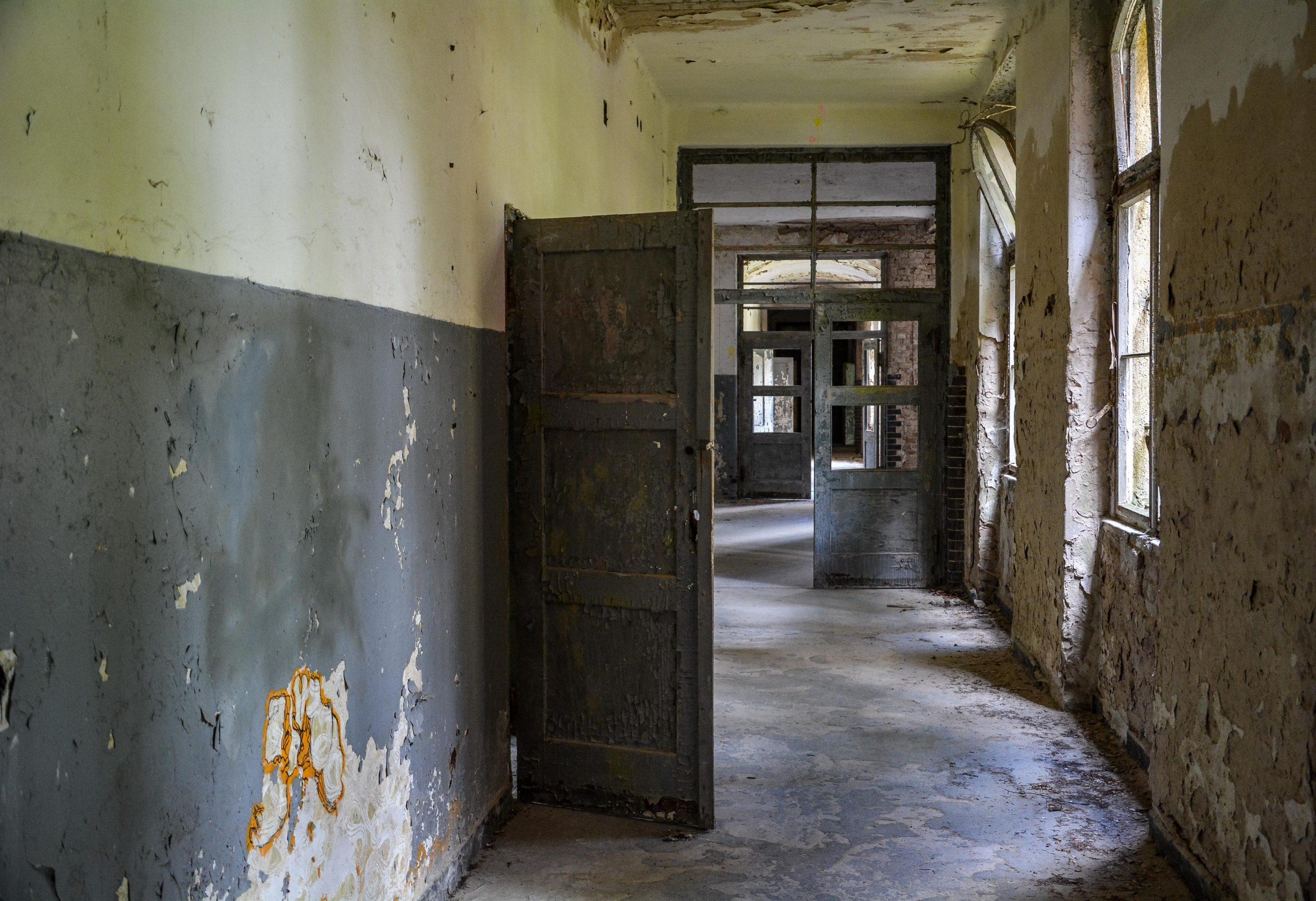 hallway doors sanatorium hospital tuberkulose heilstaette grabowsee sanatorium oranienburg lost places abandoned urbex brandenburg germany deutschland